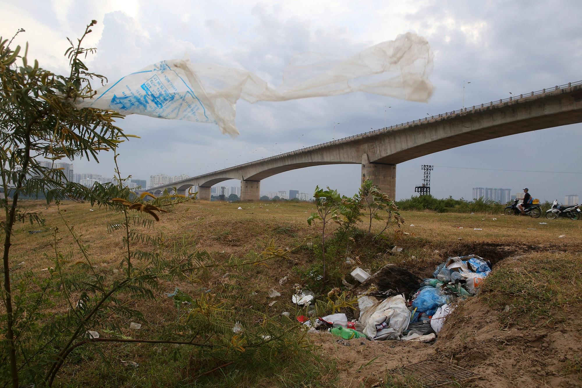 Xả rác tràn ngập bãi tự nhiên ven sông Hồng - 2