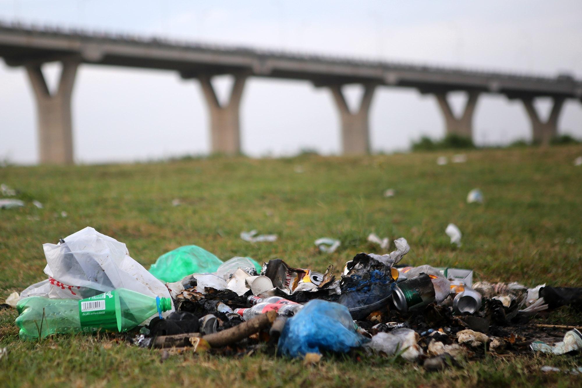 Xả rác tràn ngập bãi tự nhiên ven sông Hồng - 3