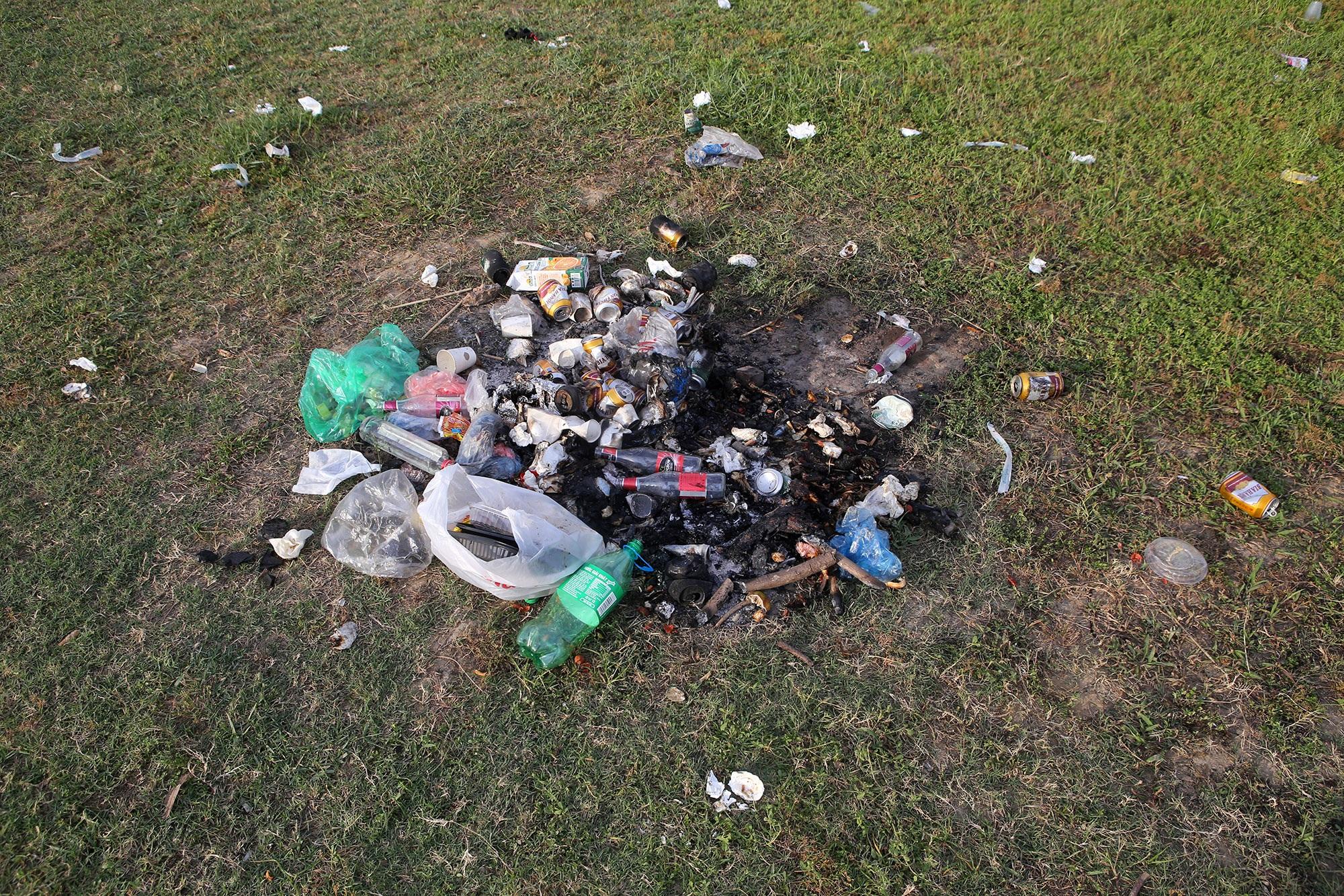 Xả rác tràn ngập bãi tự nhiên ven sông Hồng - 4