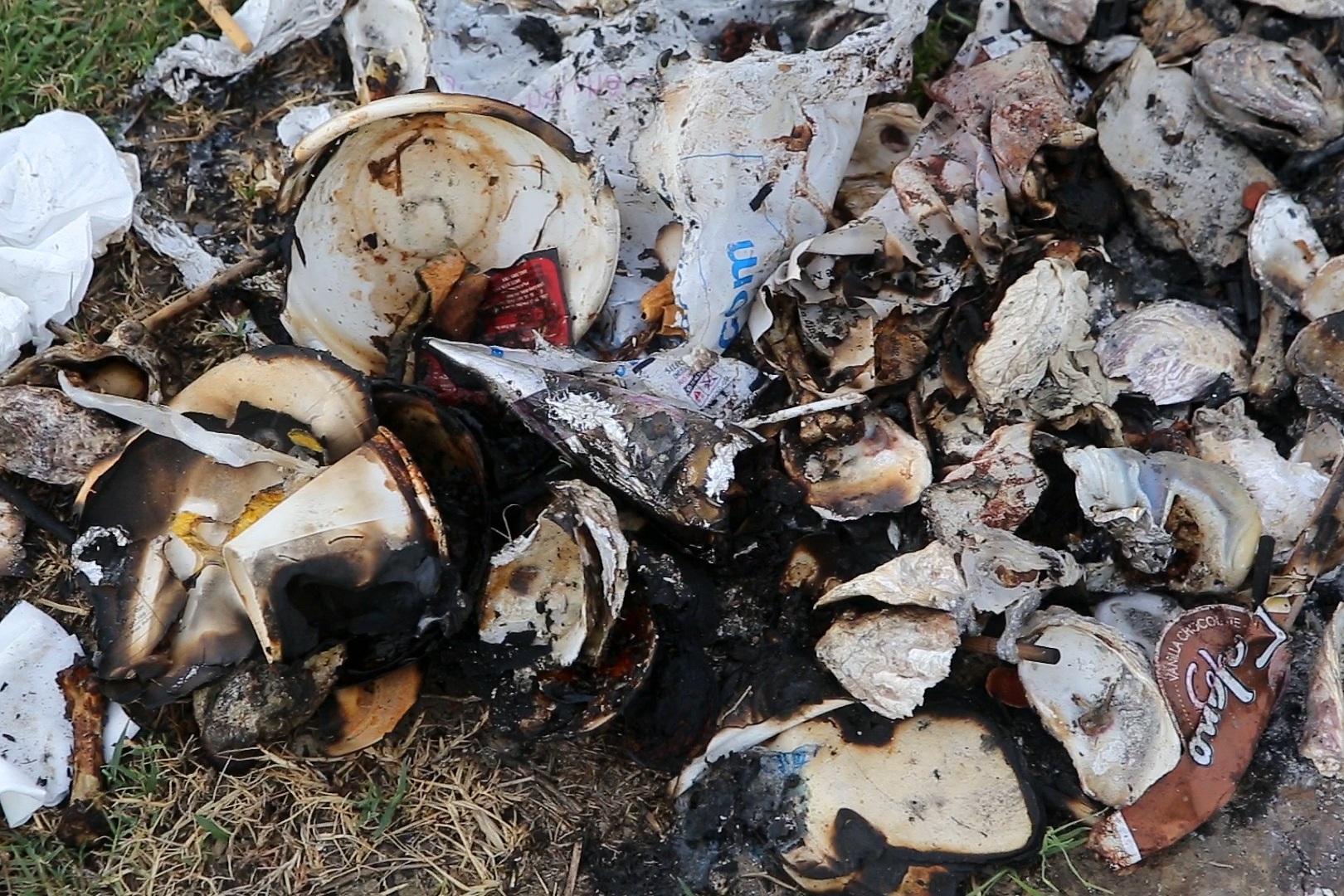 Xả rác tràn ngập bãi tự nhiên ven sông Hồng - 5