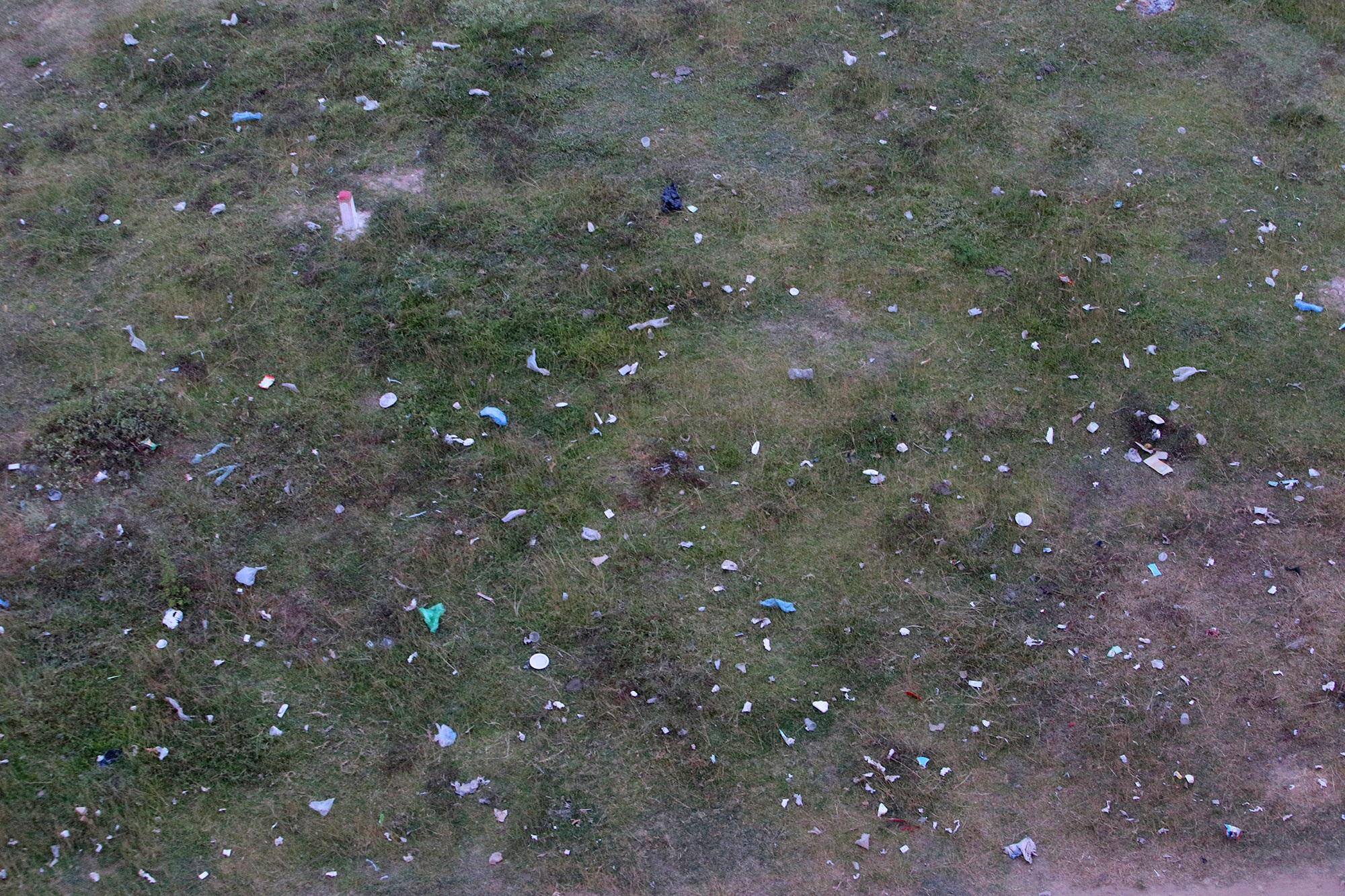 Xả rác tràn ngập bãi tự nhiên ven sông Hồng - 7