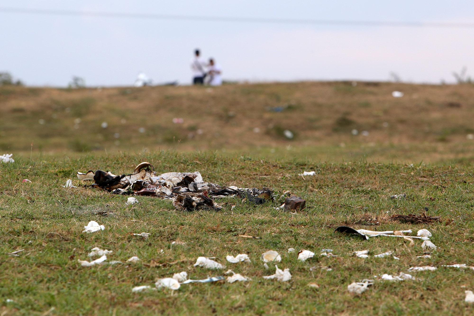 Xả rác tràn ngập bãi tự nhiên ven sông Hồng - 8