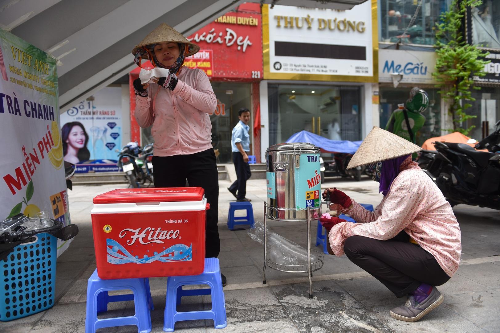 Hà Nội: Mát lòng trà chanh đá miễn phí giữa ngày nắng đỉnh điểm - 2
