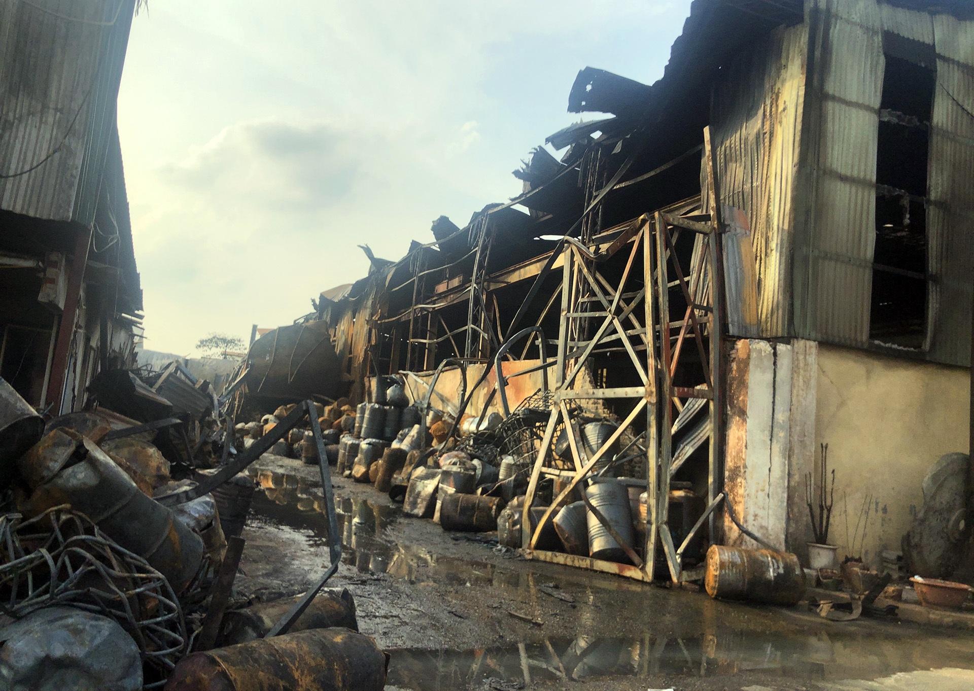 Toàn cảnh kho hoá chất sau đám cháy lớn - 4