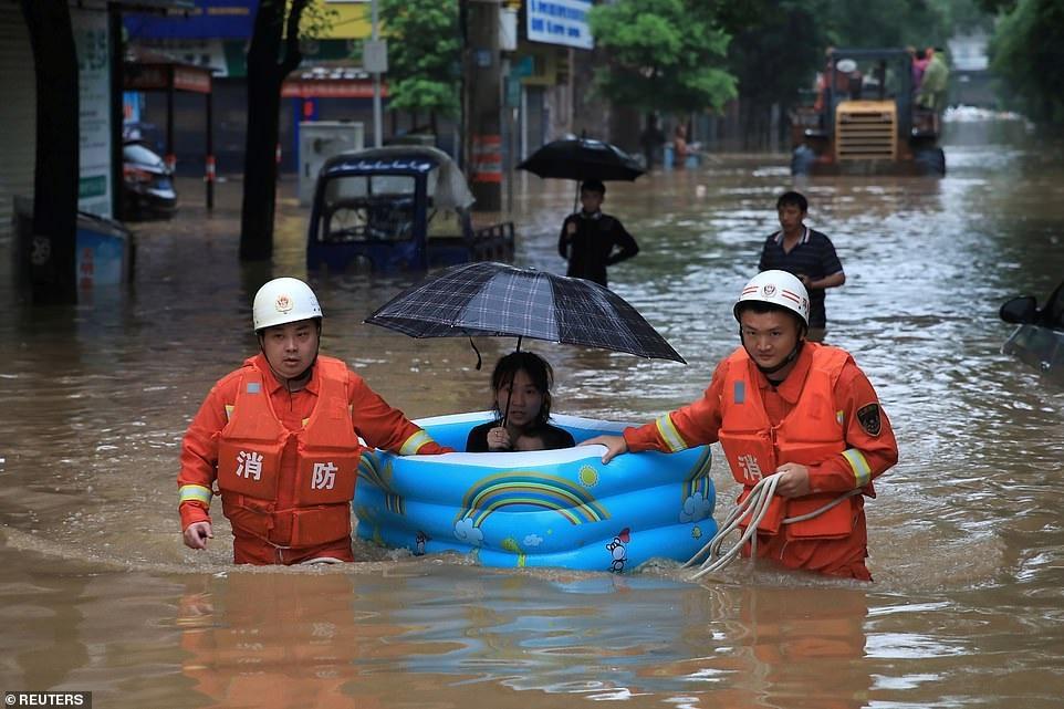 Chùm ảnh lũ lụt kinh hoàng ở Trung Quốc - 3