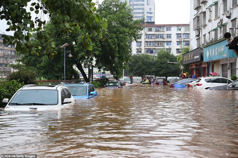 Chùm ảnh lũ lụt kinh hoàng ở Trung Quốc - 8
