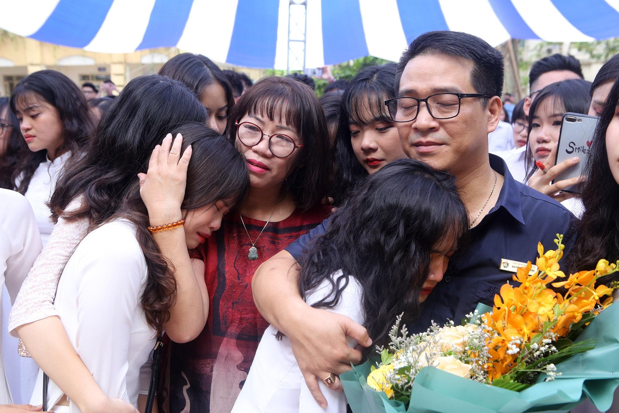 Nữ sinh phố cổ khóc nức nở trong phút chia tay tuổi học trò - 12