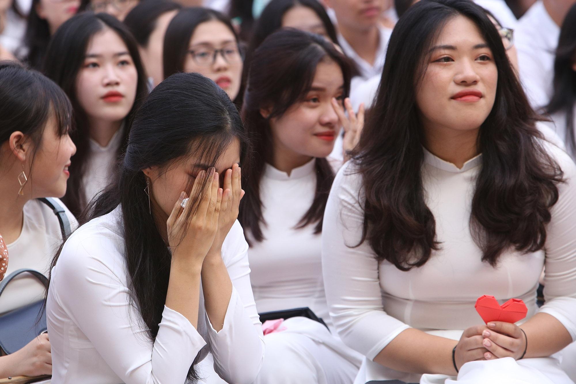 Nữ sinh phố cổ khóc nức nở trong phút chia tay tuổi học trò - 17