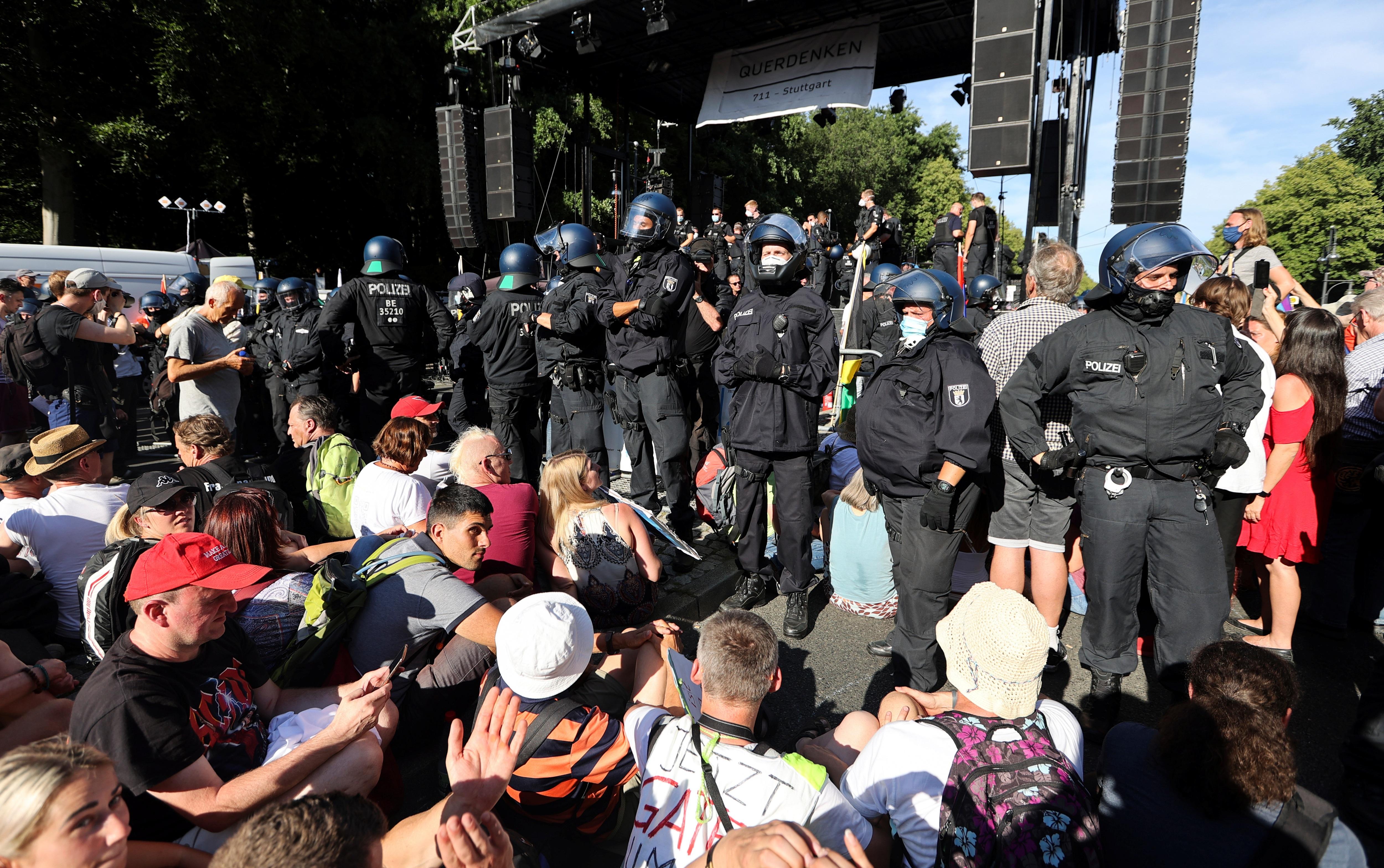 45 cảnh sát Đức bị thương trong biểu tình phản đối biện pháp chống Covid-19 - 4