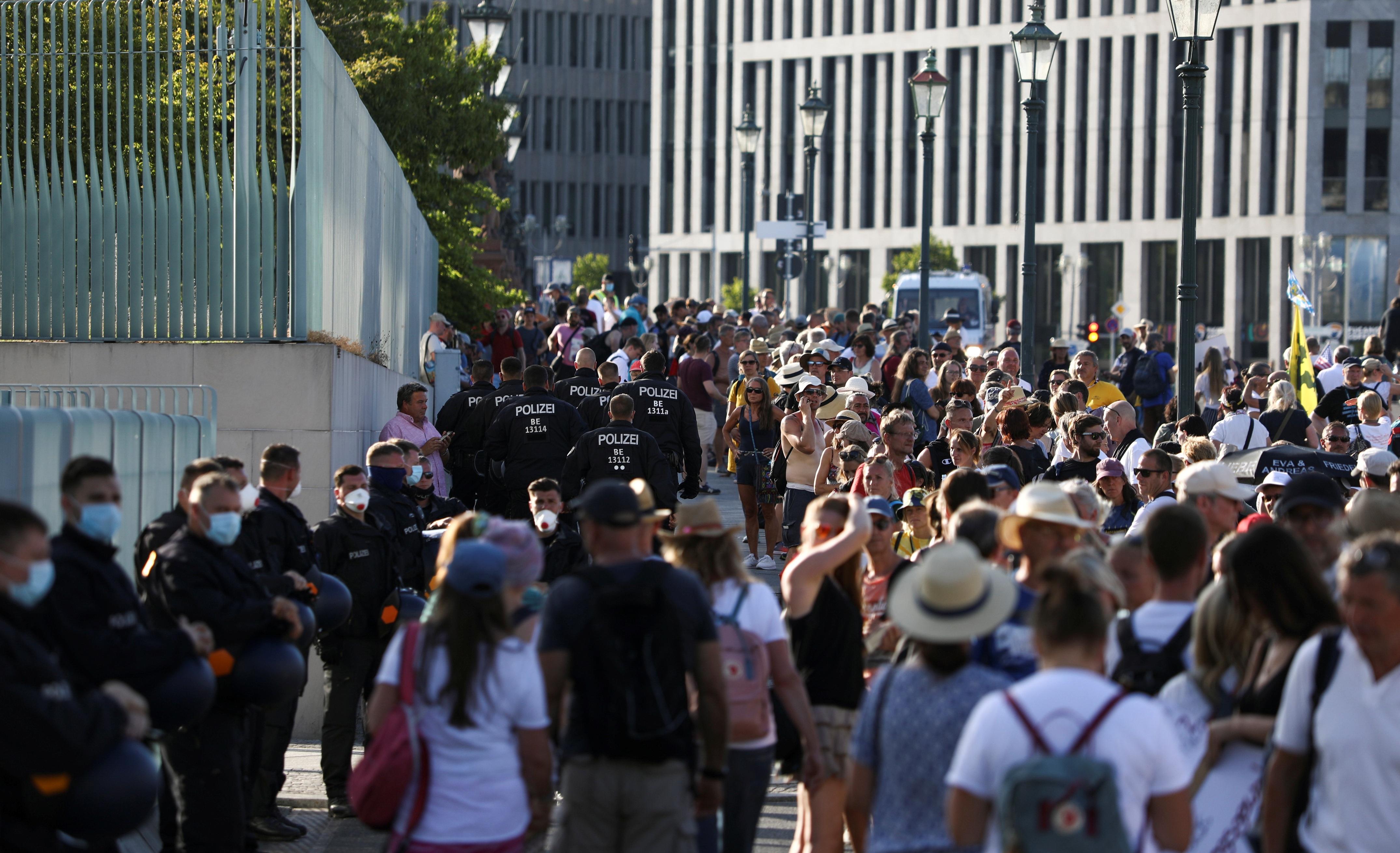 45 cảnh sát Đức bị thương trong biểu tình phản đối biện pháp chống Covid-19 - 12