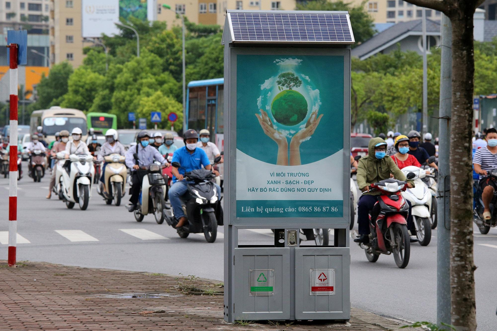 Hàng nghìn thùng rác phát sáng về đêm được lắp đặt tại Hà Nội - 1