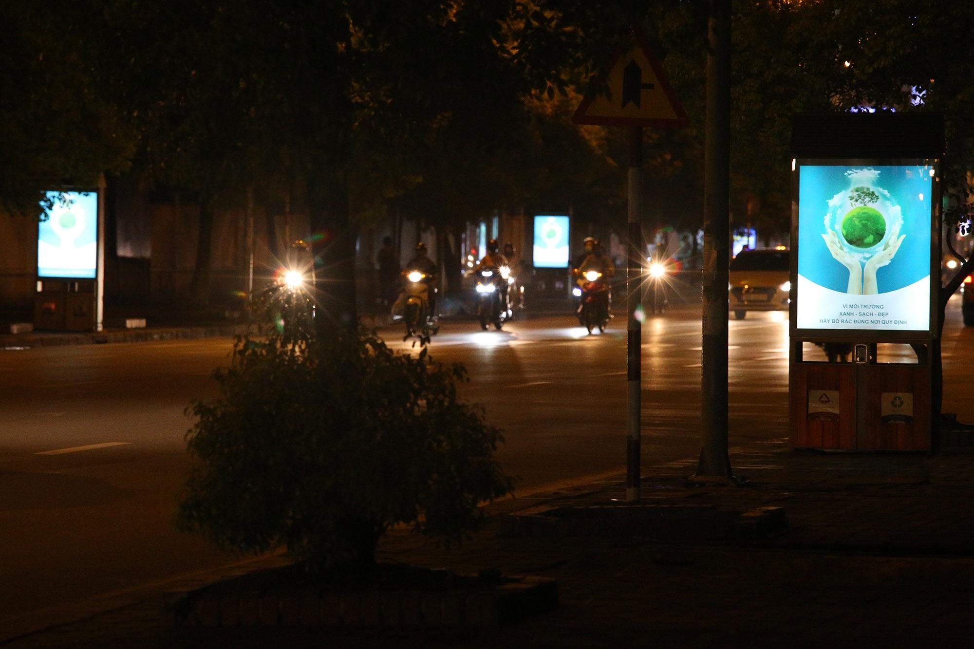 Hàng nghìn thùng rác phát sáng về đêm được lắp đặt tại Hà Nội - 12