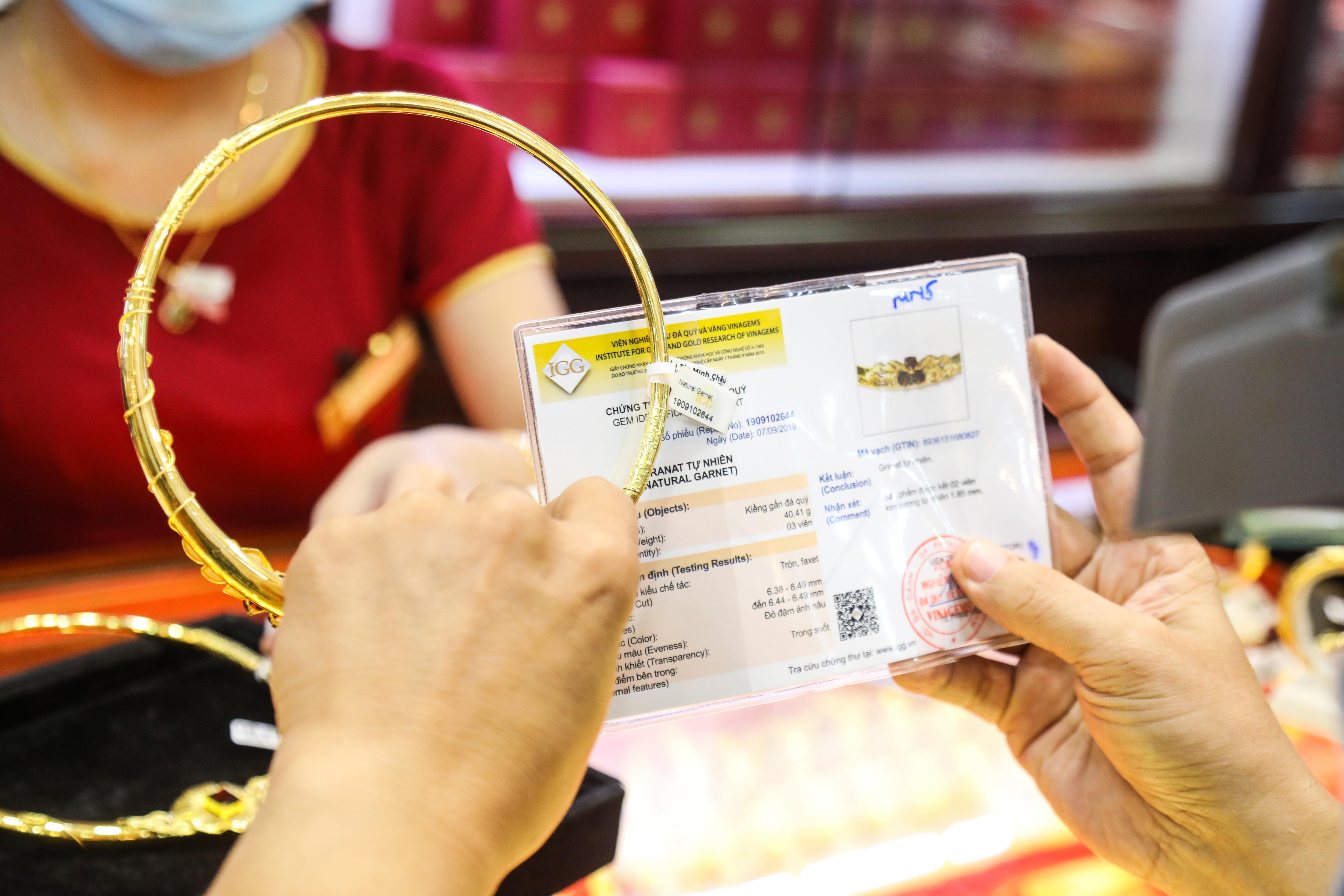 Giá vàng vượt mốc 61 triệu đồng/lượng, dân xếp hàng để bán - 7