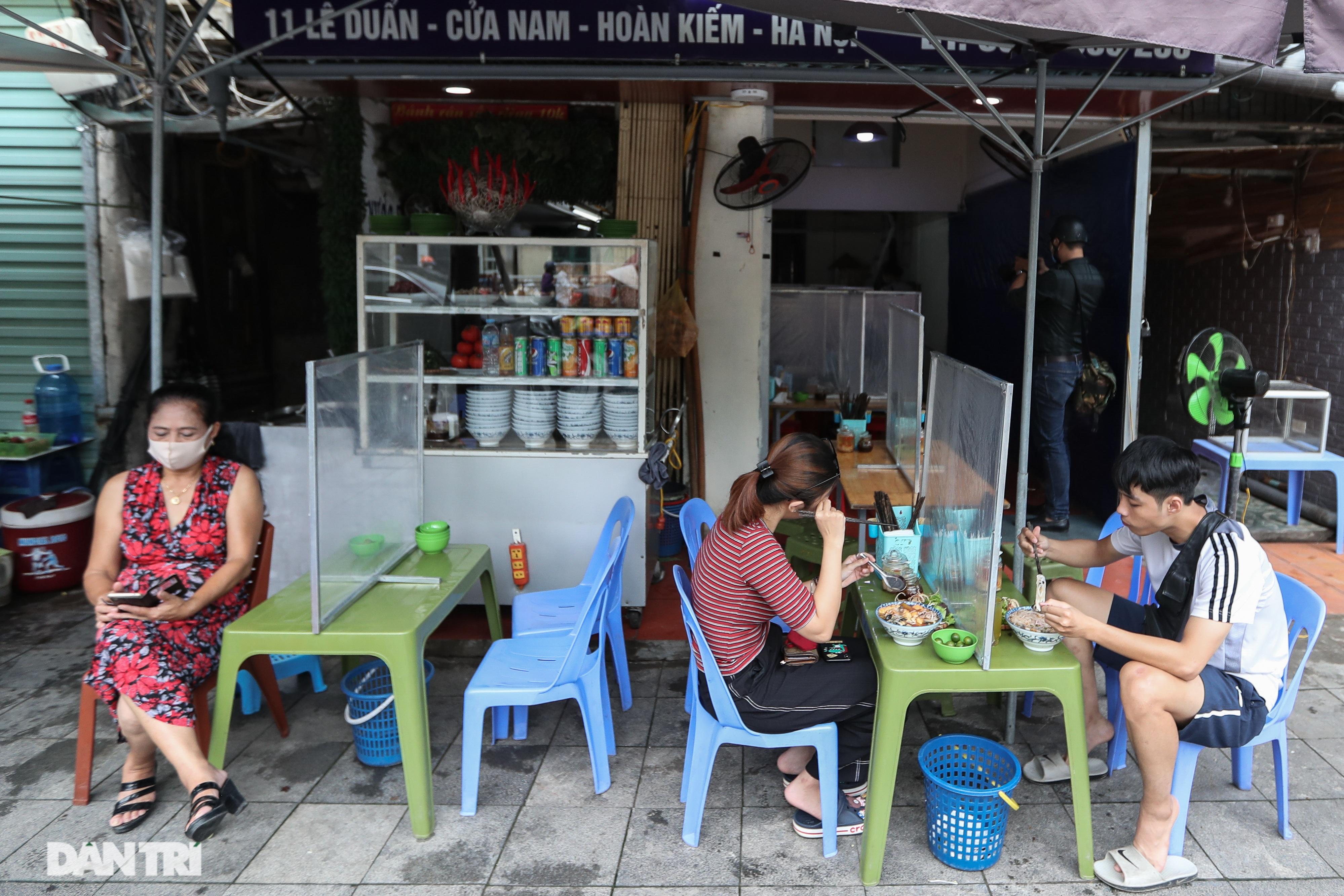 Hà Nội: Hàng loạt quán ăn vỉa hè lắp vách ngăn giọt bắn chống Covid-19 - 11