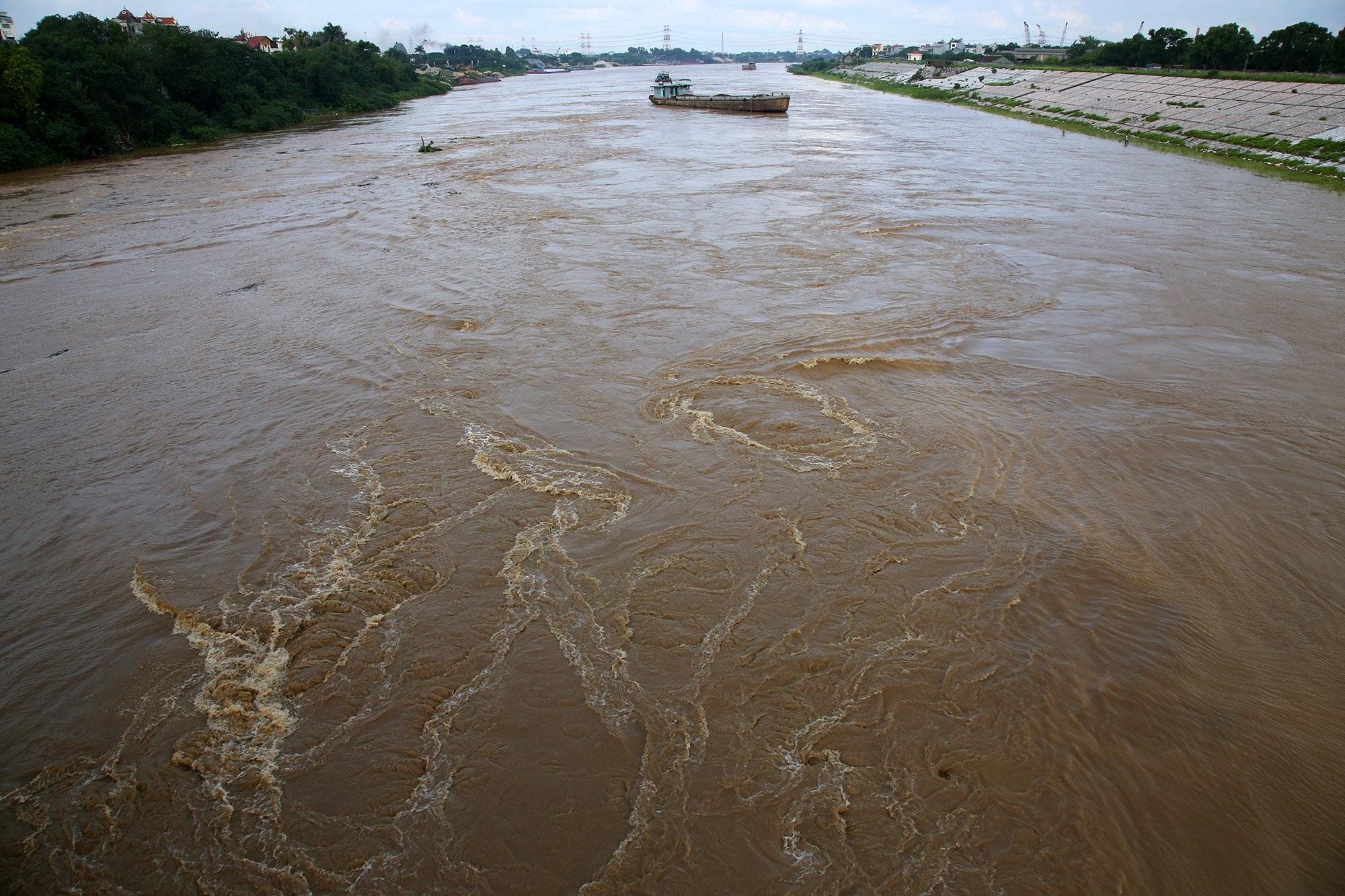 Cảnh nước dâng cao, chảy cuồn cuộn trên sông Hồng, sông Đuống - 1