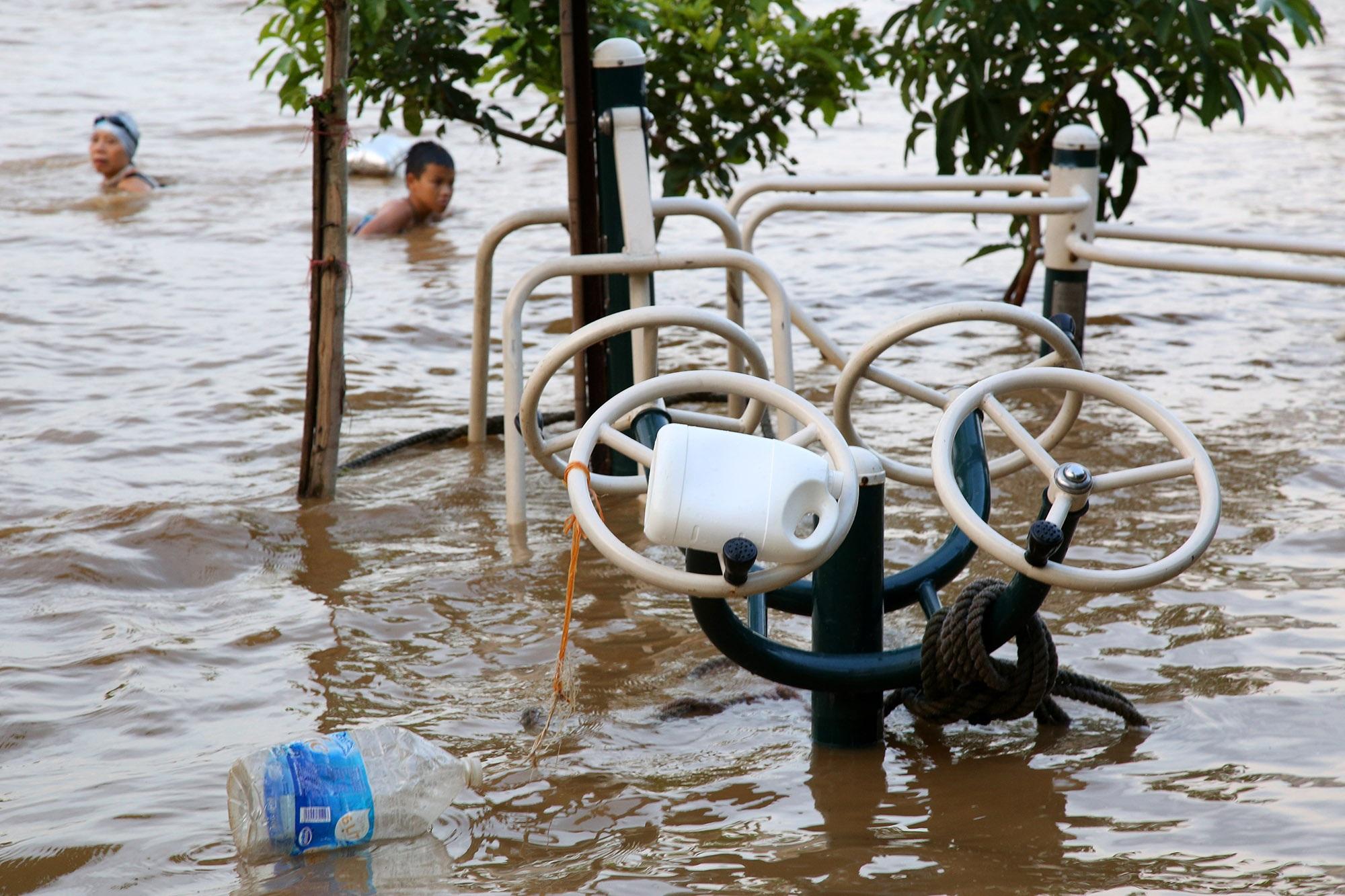 Cảnh nước dâng cao, chảy cuồn cuộn trên sông Hồng, sông Đuống - 10