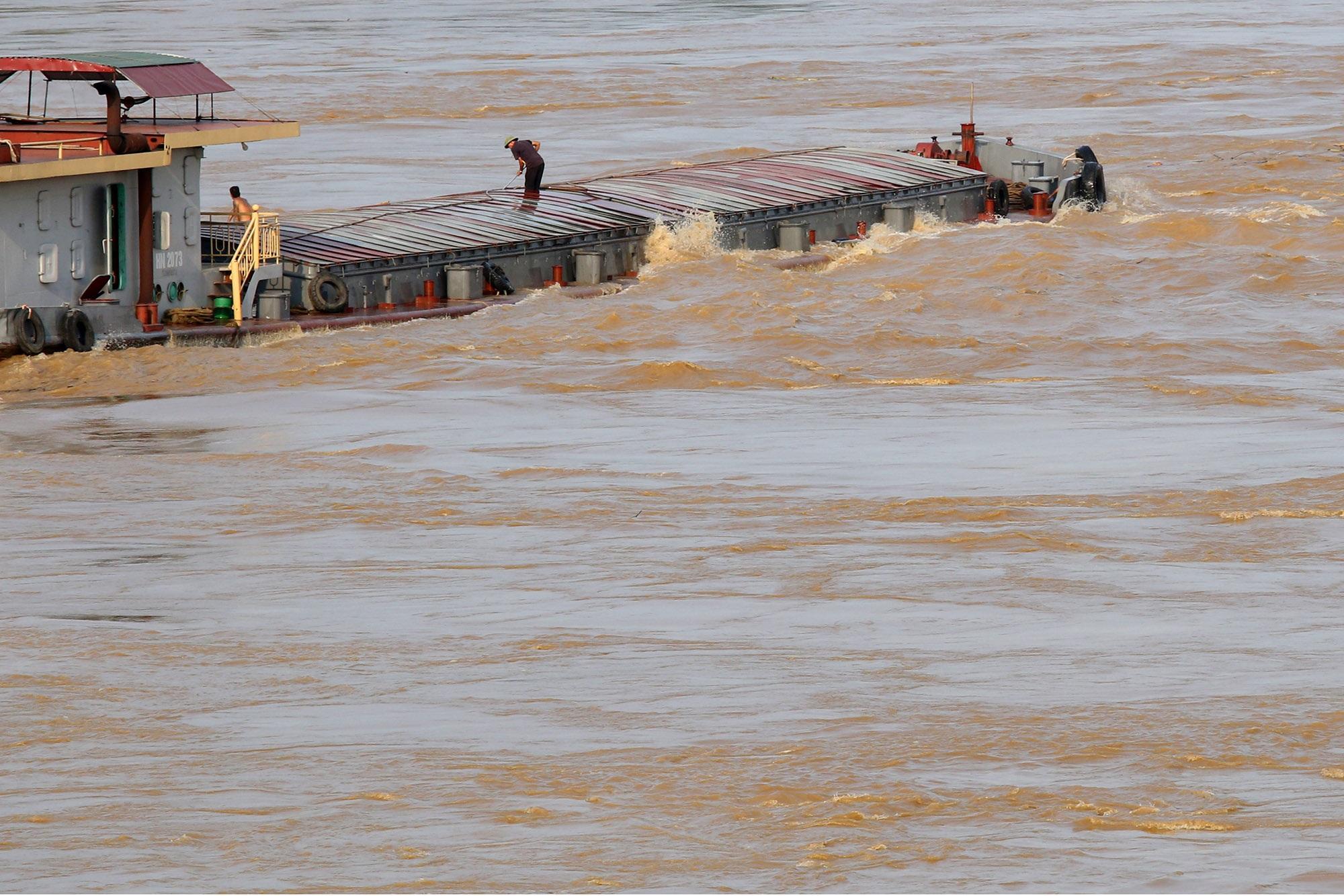 Cảnh nước dâng cao, chảy cuồn cuộn trên sông Hồng, sông Đuống - 2