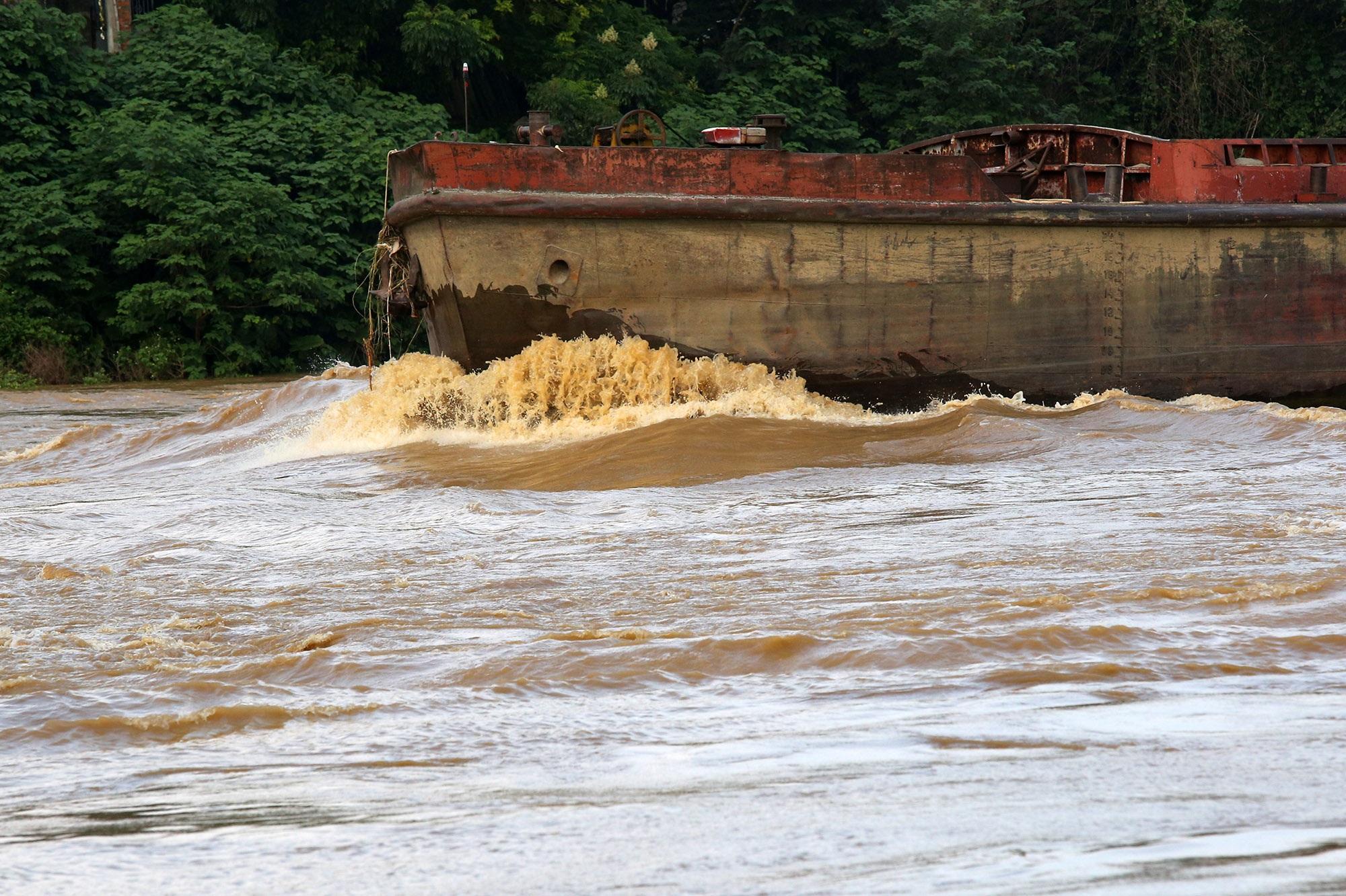 Cảnh nước dâng cao, chảy cuồn cuộn trên sông Hồng, sông Đuống - 3