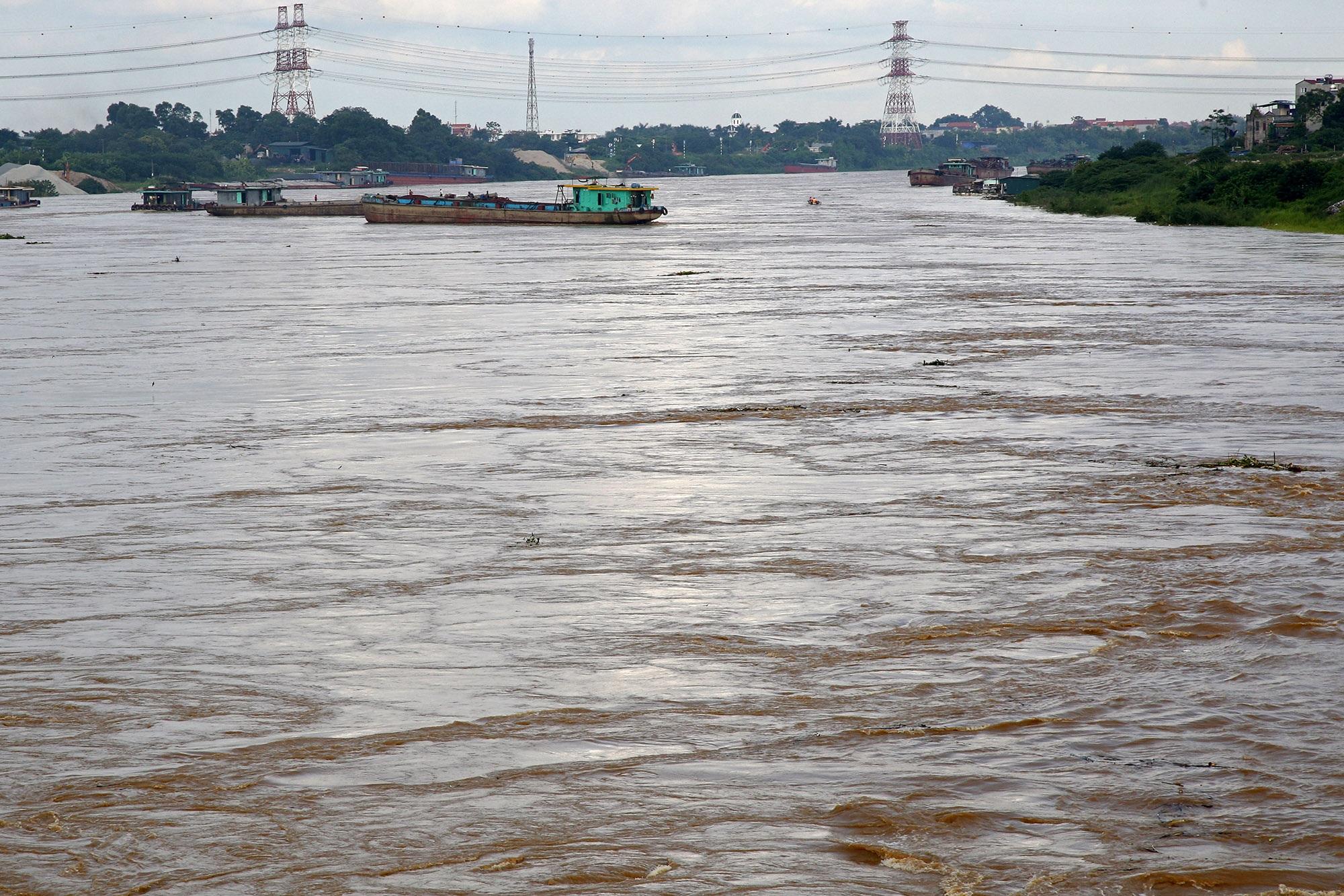 Cảnh nước dâng cao, chảy cuồn cuộn trên sông Hồng, sông Đuống - 4