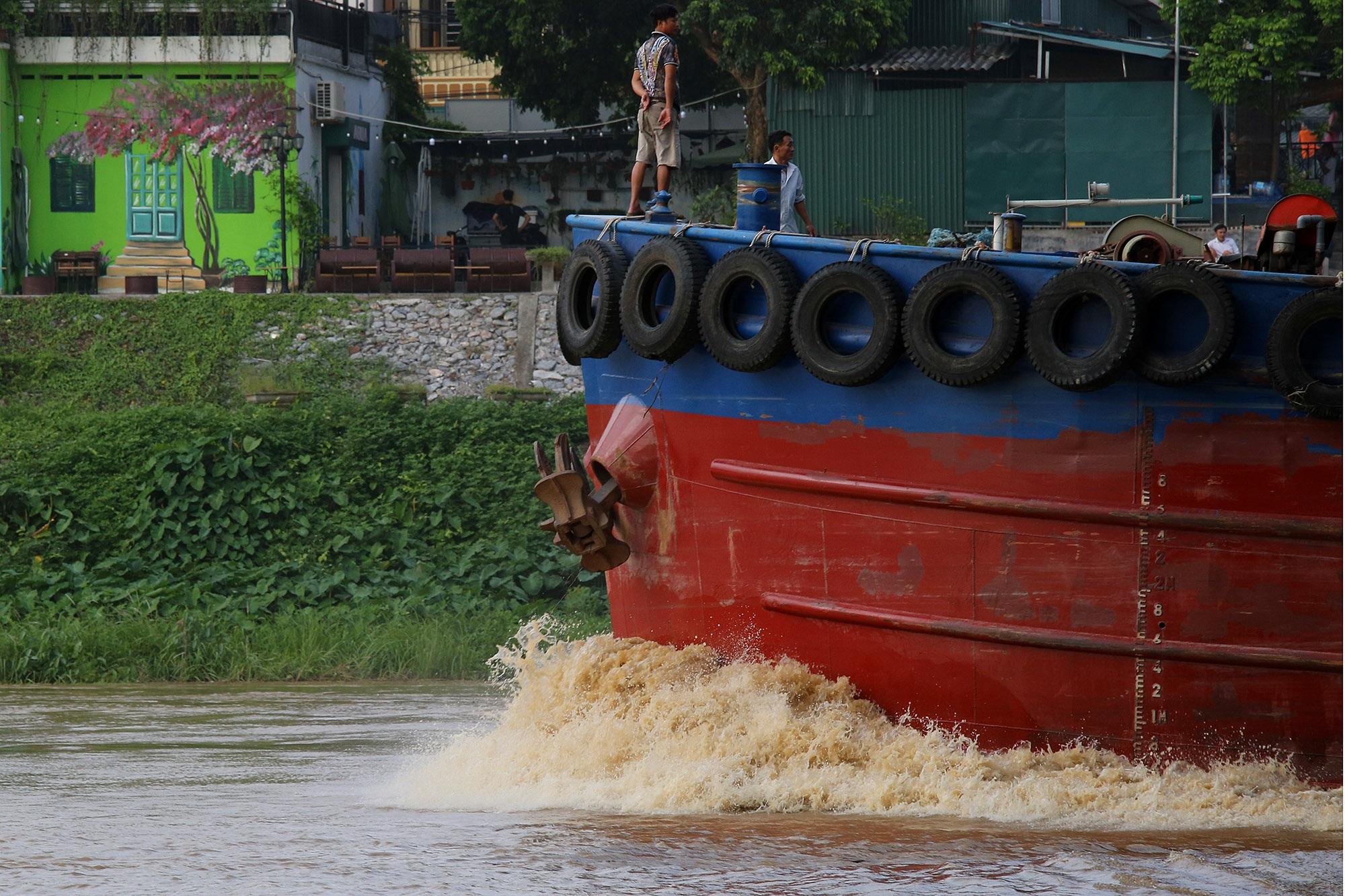 Cảnh nước dâng cao, chảy cuồn cuộn trên sông Hồng, sông Đuống - 5