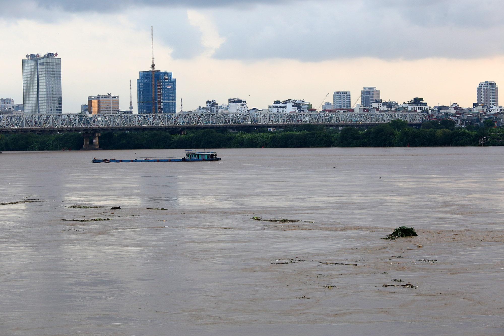 Cảnh nước dâng cao, chảy cuồn cuộn trên sông Hồng, sông Đuống - 7