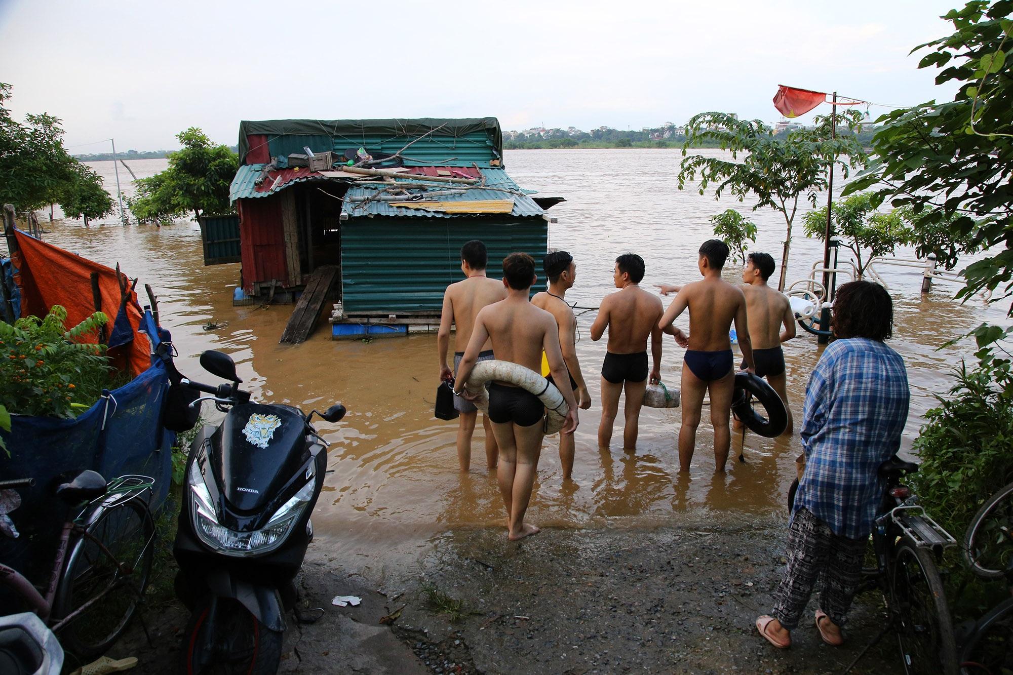 Cảnh nước dâng cao, chảy cuồn cuộn trên sông Hồng, sông Đuống - 9