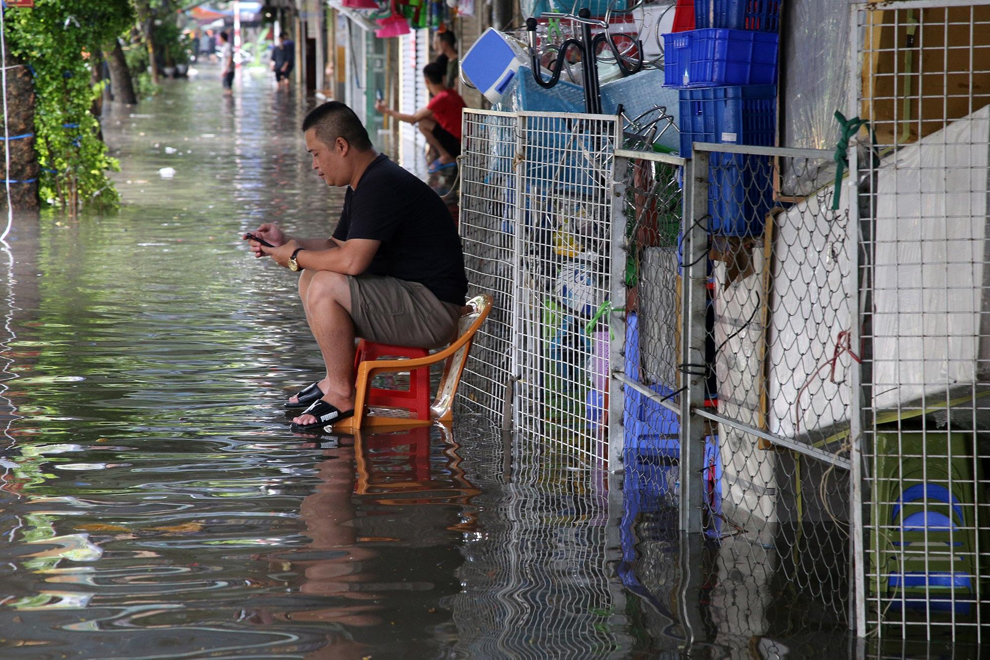 Phố ngập thành sông, người dân Hà Nội hì hục tát nước - 9