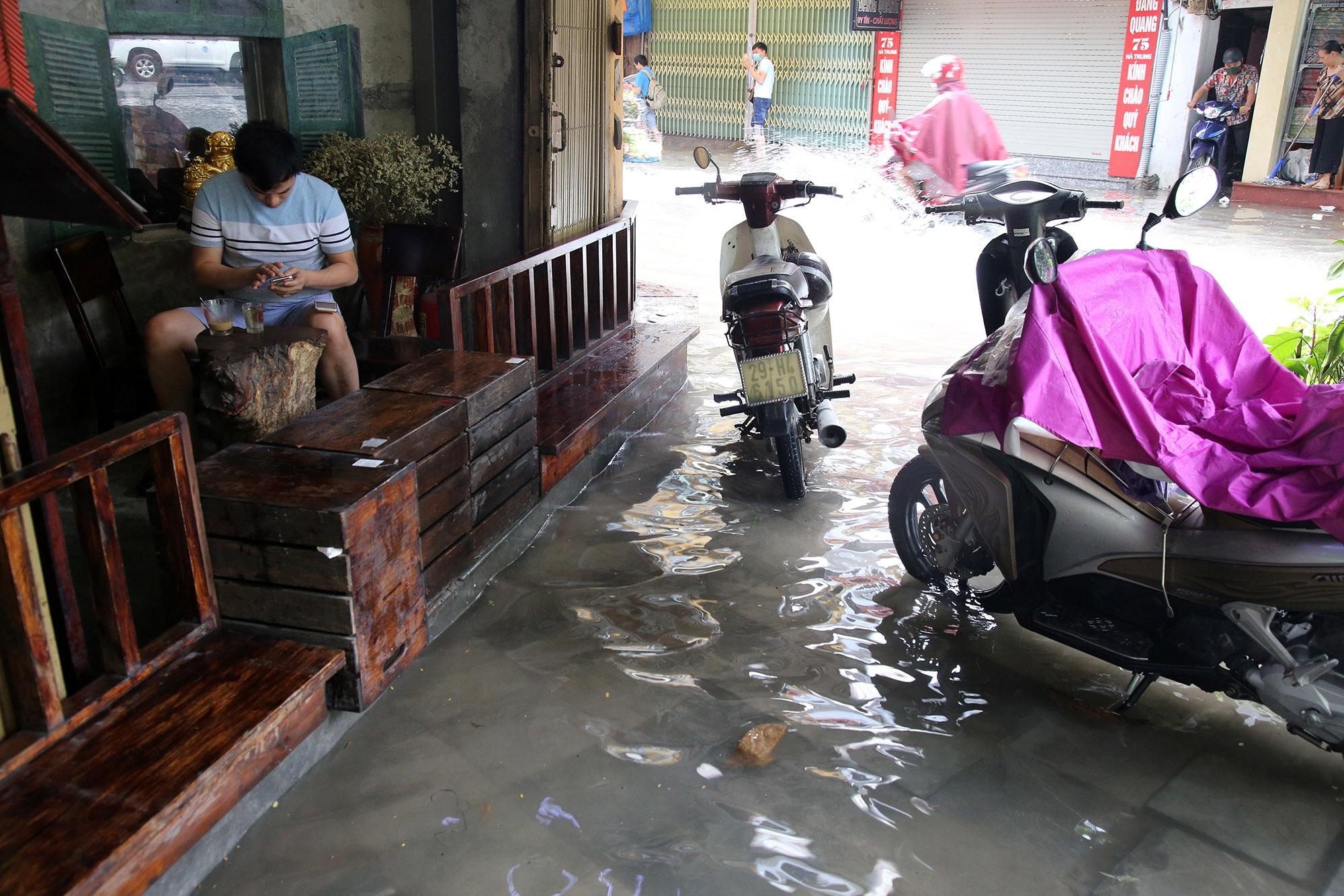Phố ngập thành sông, người dân Hà Nội hì hục tát nước - 10