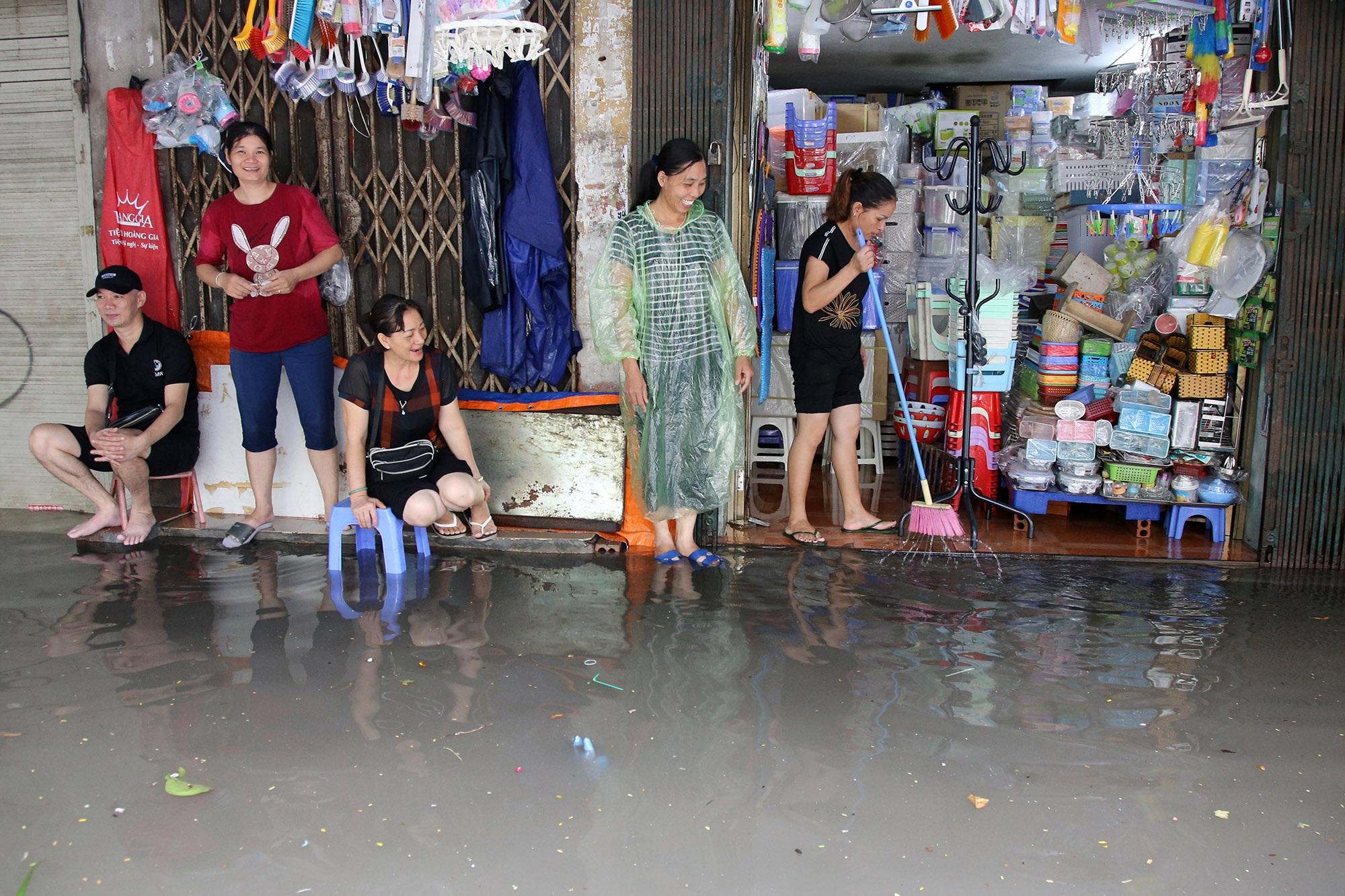 Phố ngập thành sông, người dân Hà Nội hì hục tát nước - 13