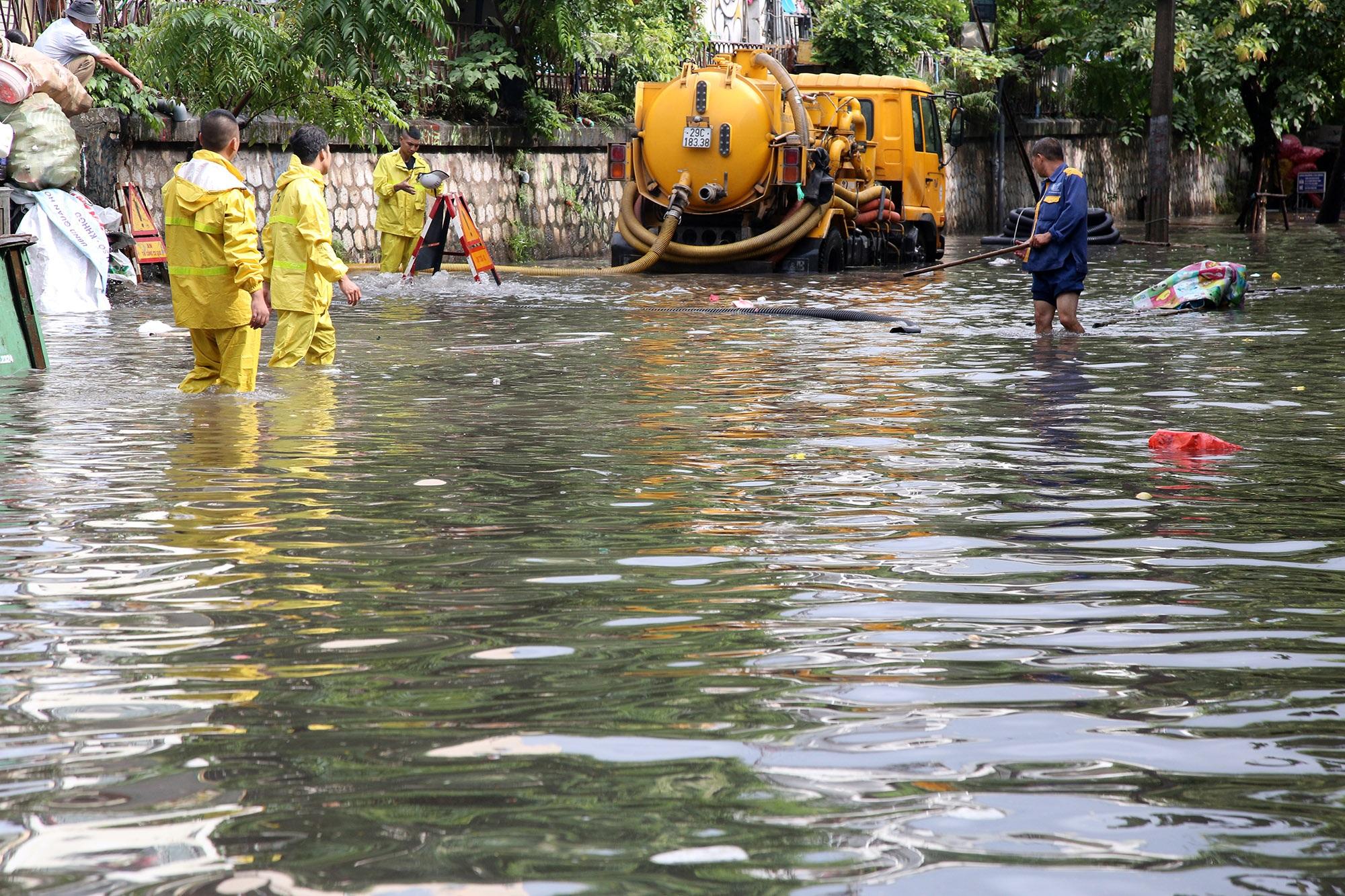 Phố ngập thành sông, người dân Hà Nội hì hục tát nước - 7