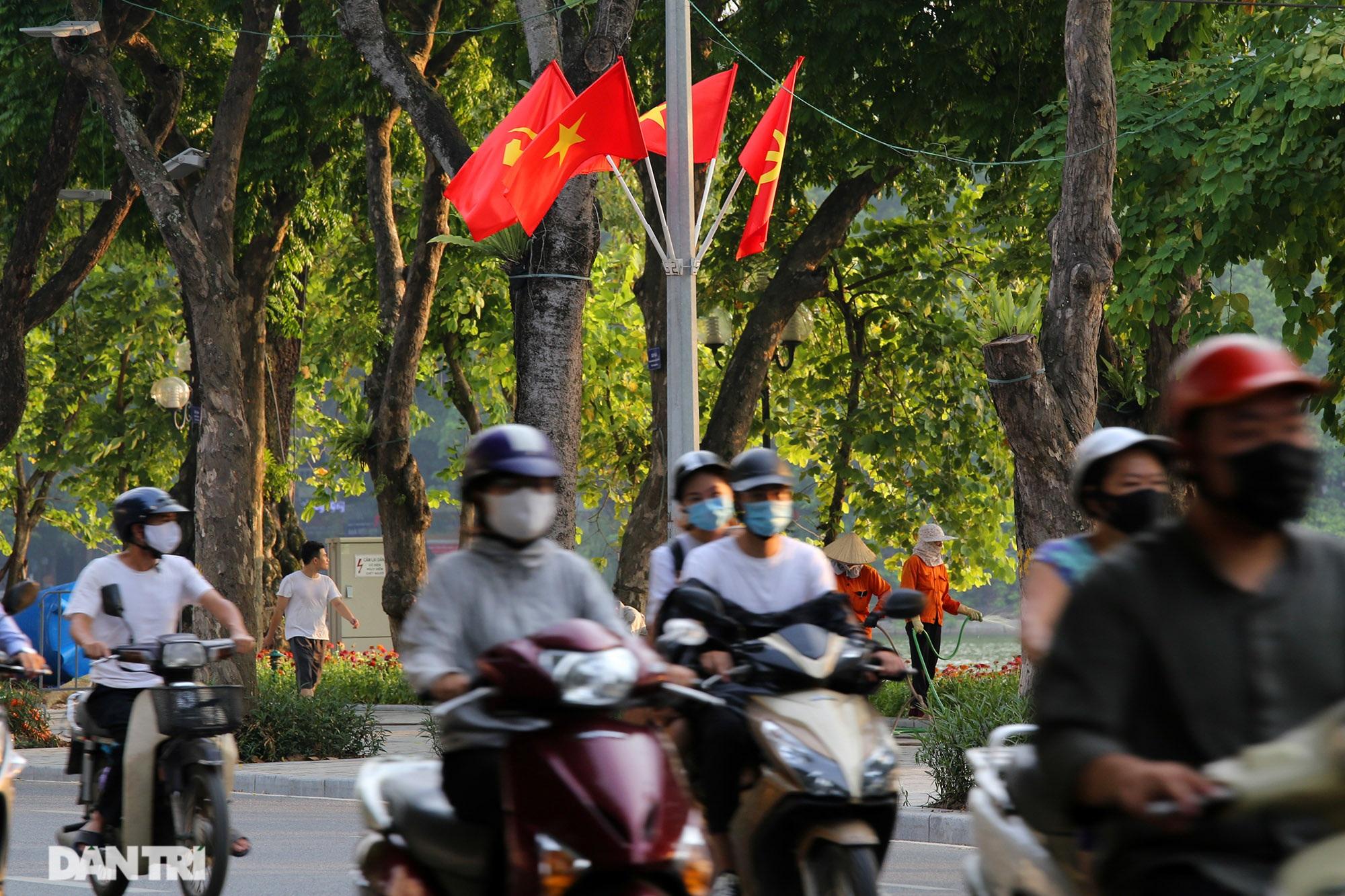 Hà Nội: Cờ Tổ quốc đỏ rực khắp phố phường mừng ngày Quốc Khánh - 9