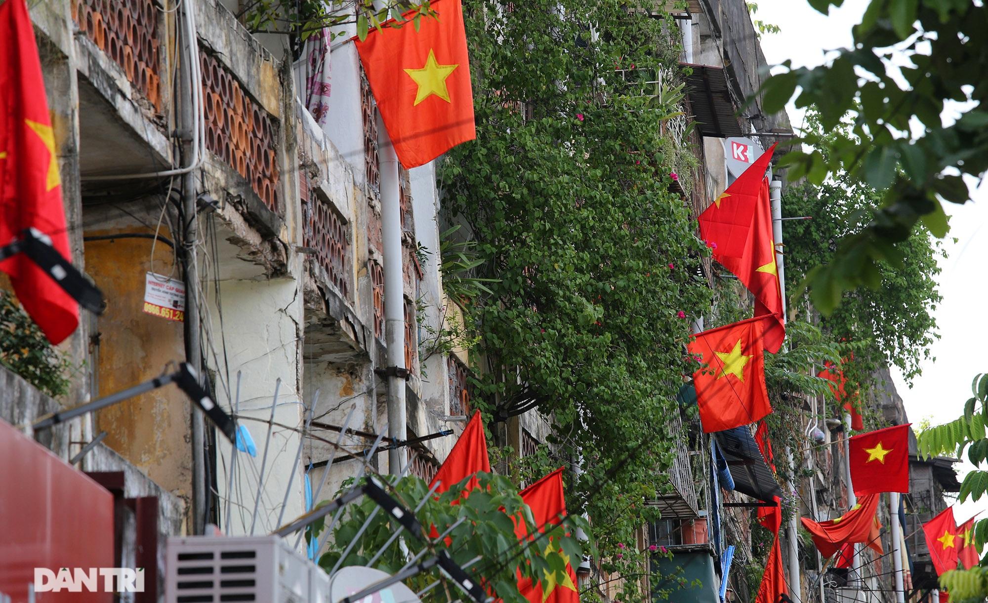 Hà Nội: Cờ Tổ quốc đỏ rực khắp phố phường mừng ngày Quốc Khánh - 10