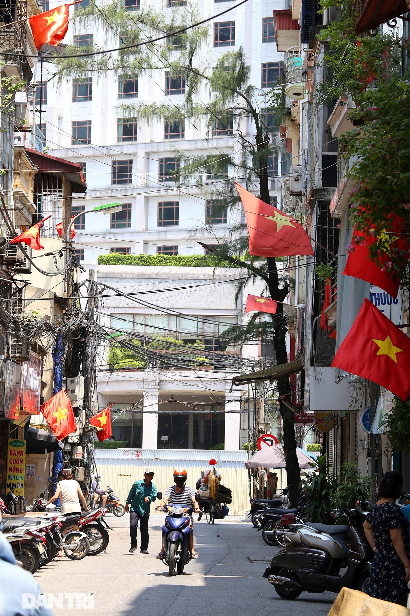 Hà Nội: Cờ Tổ quốc đỏ rực khắp phố phường mừng ngày Quốc Khánh - 11