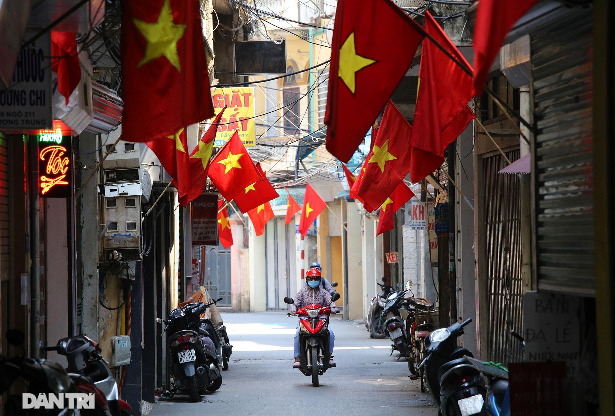 Hà Nội: Cờ Tổ quốc đỏ rực khắp phố phường mừng ngày Quốc Khánh - 12
