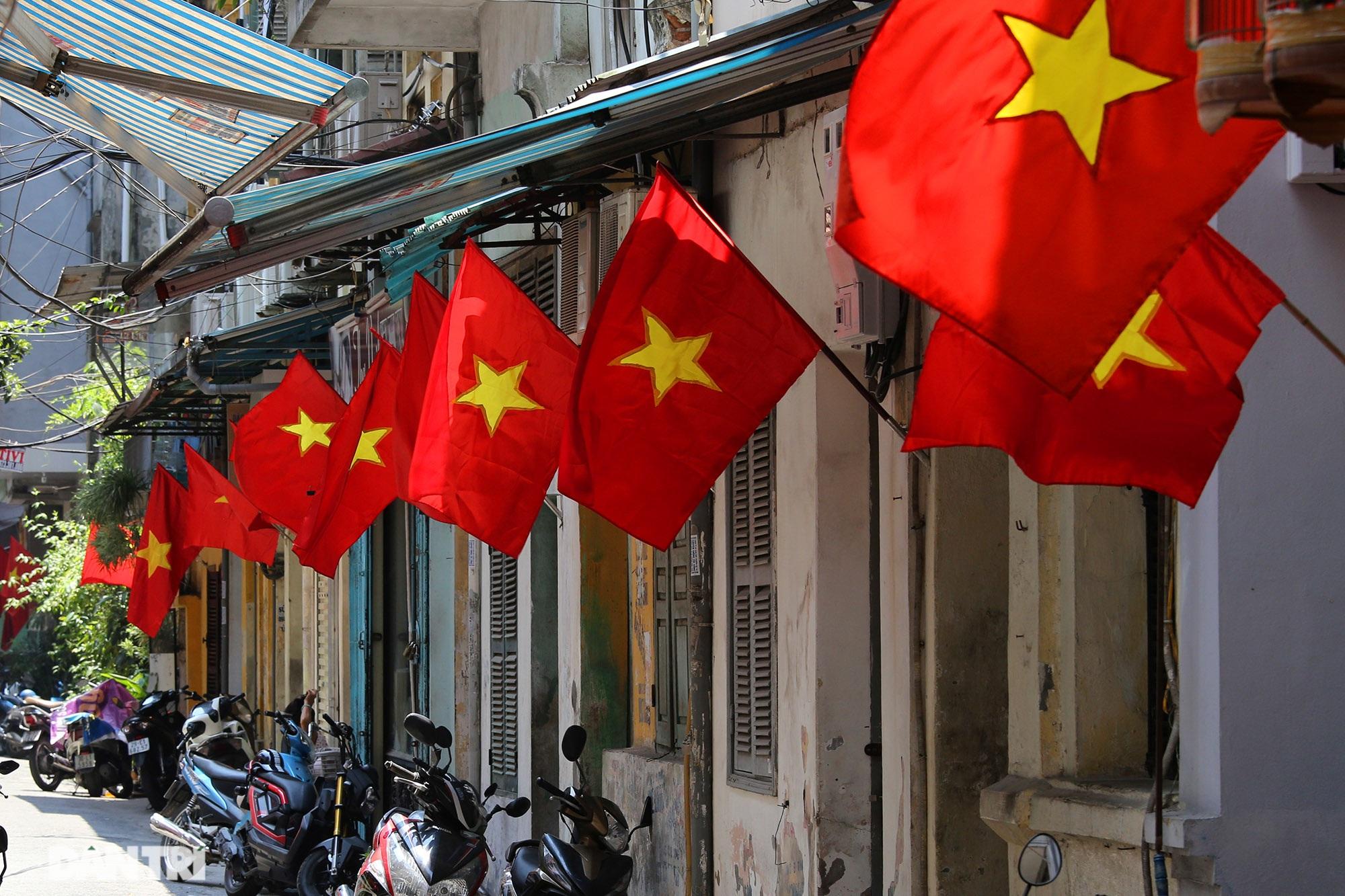 Hà Nội: Cờ Tổ quốc đỏ rực khắp phố phường mừng ngày Quốc Khánh - 13