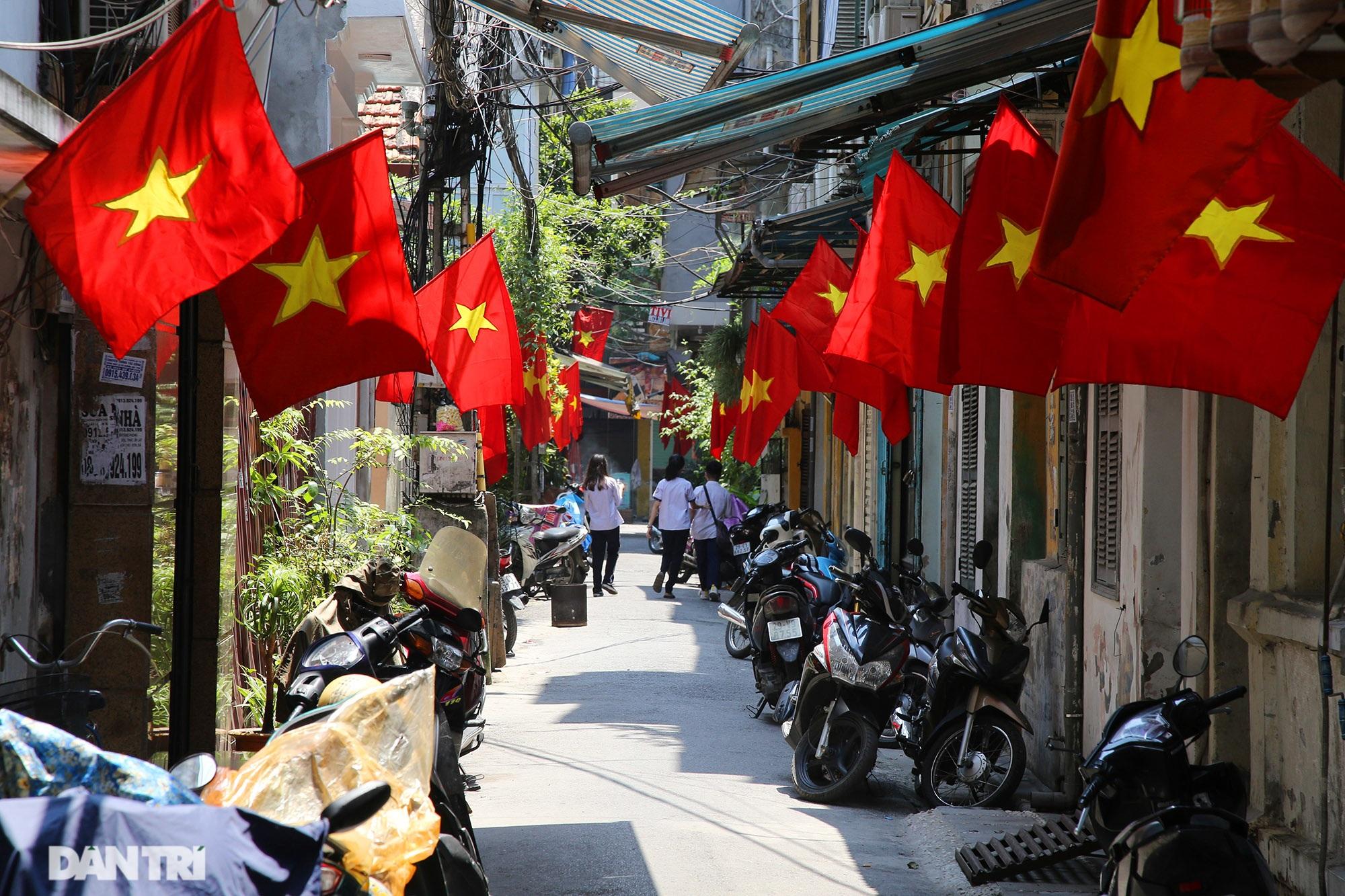 Hà Nội: Cờ Tổ quốc đỏ rực khắp phố phường mừng ngày Quốc Khánh - 2