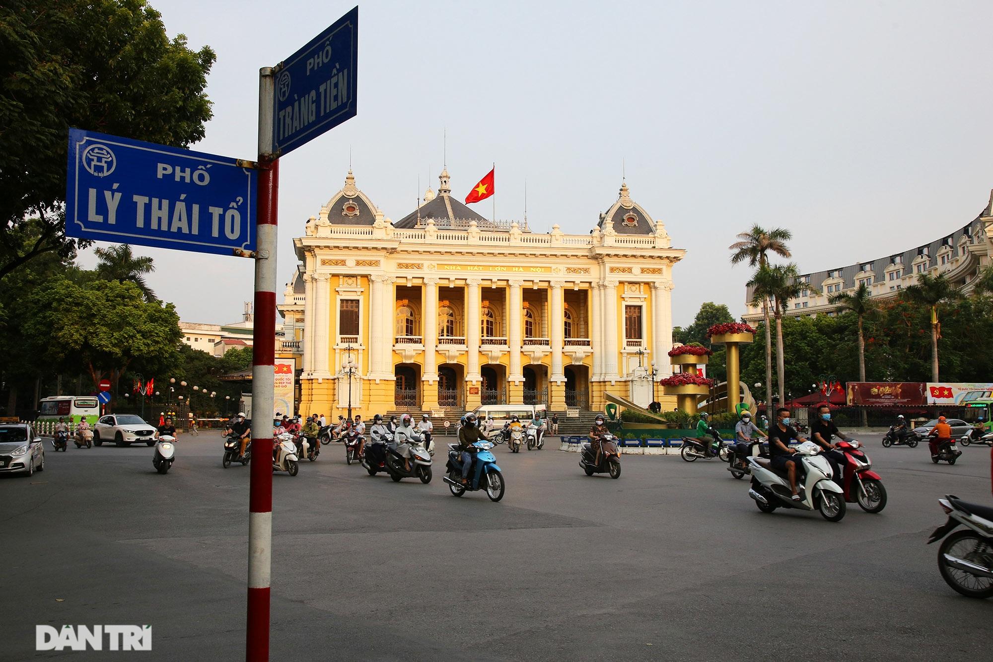 Hà Nội: Cờ Tổ quốc đỏ rực khắp phố phường mừng ngày Quốc Khánh - 4
