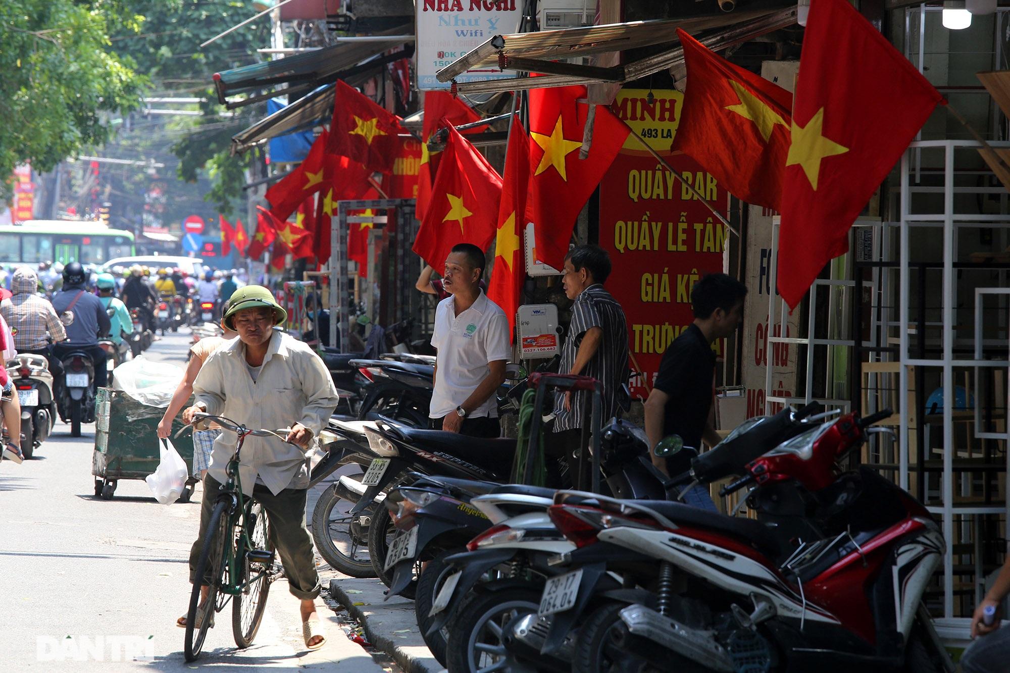 Hà Nội: Cờ Tổ quốc đỏ rực khắp phố phường mừng ngày Quốc Khánh - 5