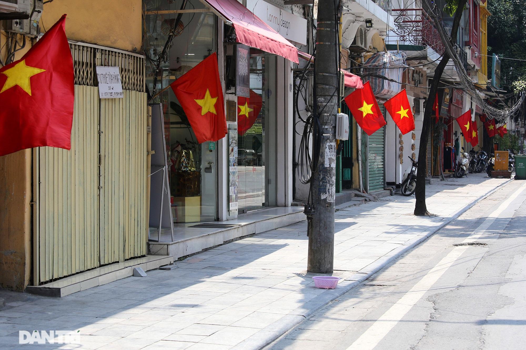 Hà Nội: Cờ Tổ quốc đỏ rực khắp phố phường mừng ngày Quốc Khánh - 6