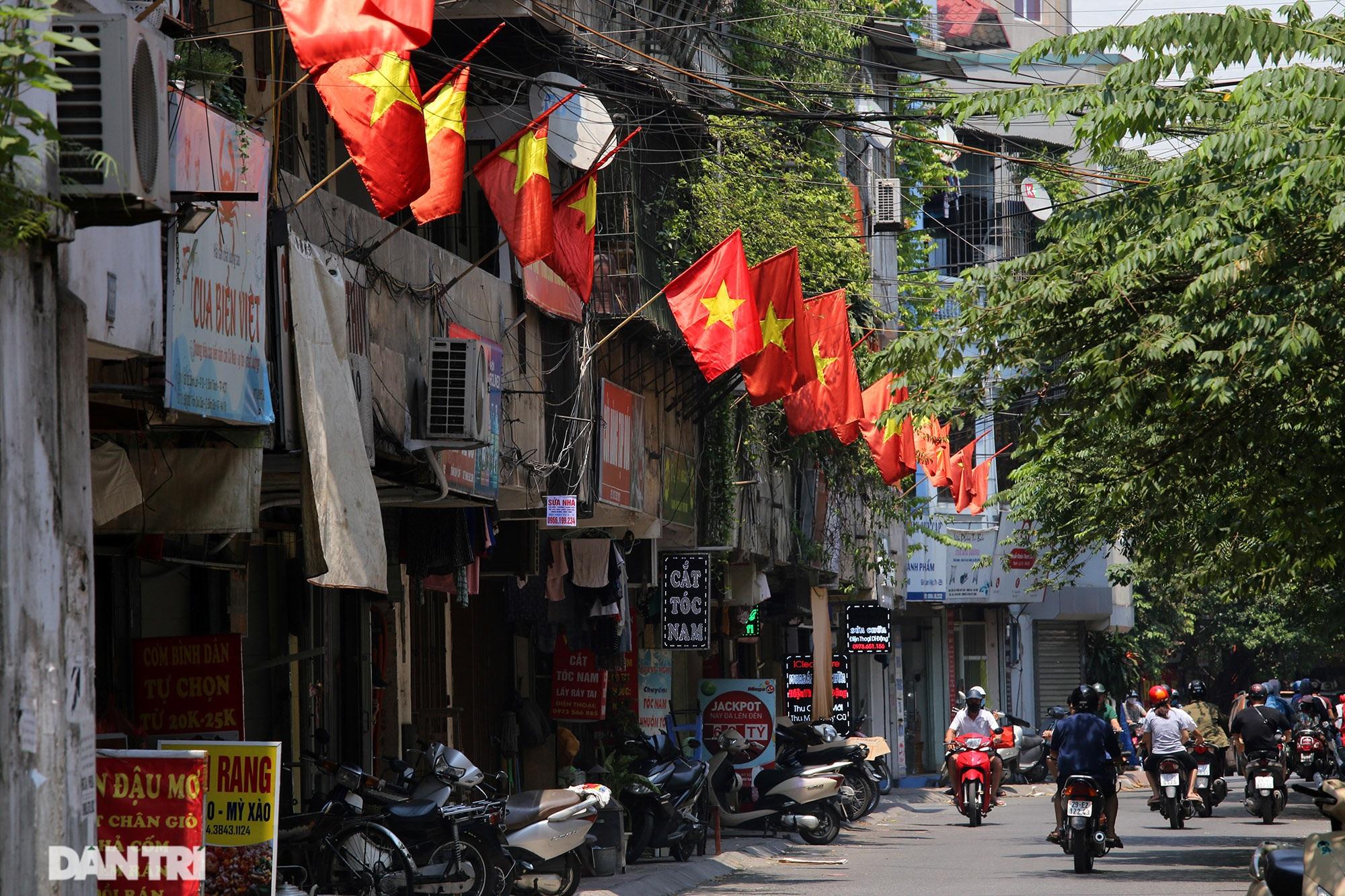 Hà Nội: Cờ Tổ quốc đỏ rực khắp phố phường mừng ngày Quốc Khánh - 7
