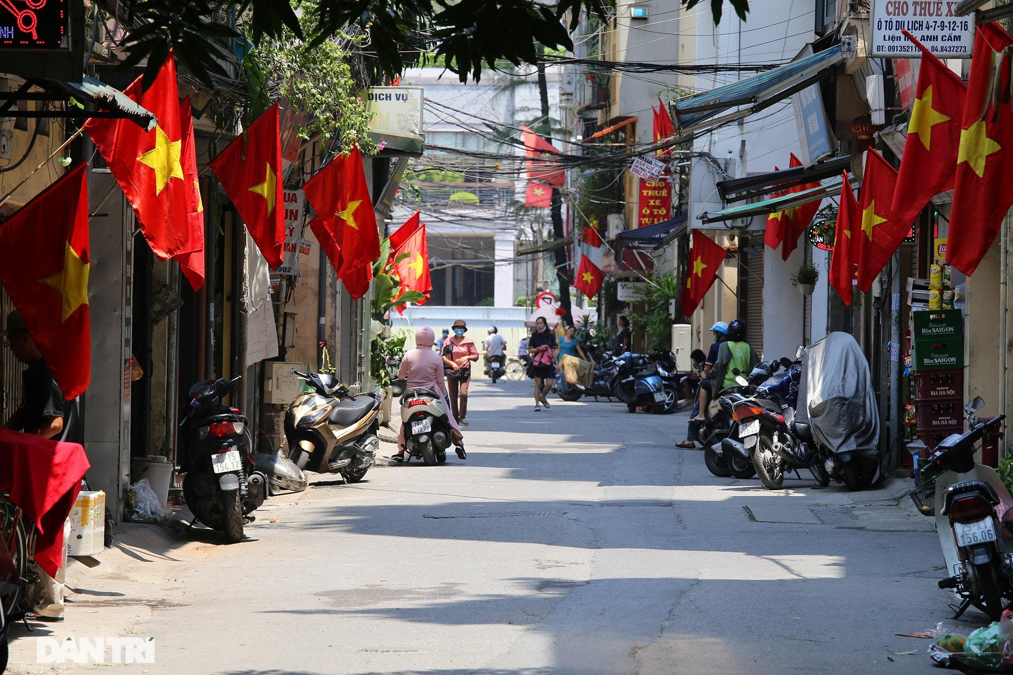 Hà Nội: Cờ Tổ quốc đỏ rực khắp phố phường mừng ngày Quốc Khánh - 8