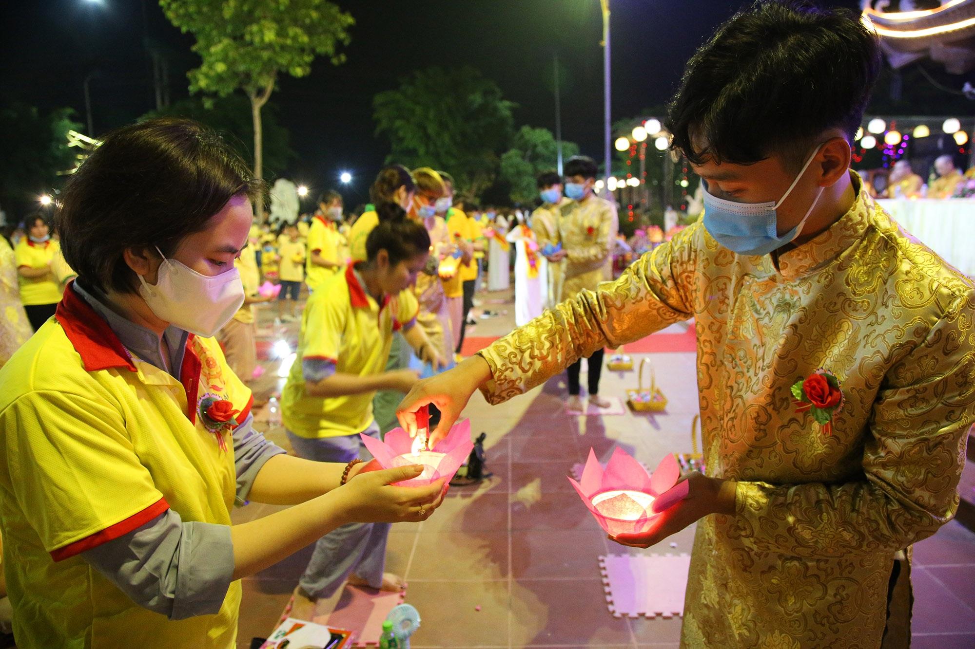 Phật tử đeo khẩu trang làm lễ Vu lan báo hiếu tại chùa Ninh Tảo  - 12
