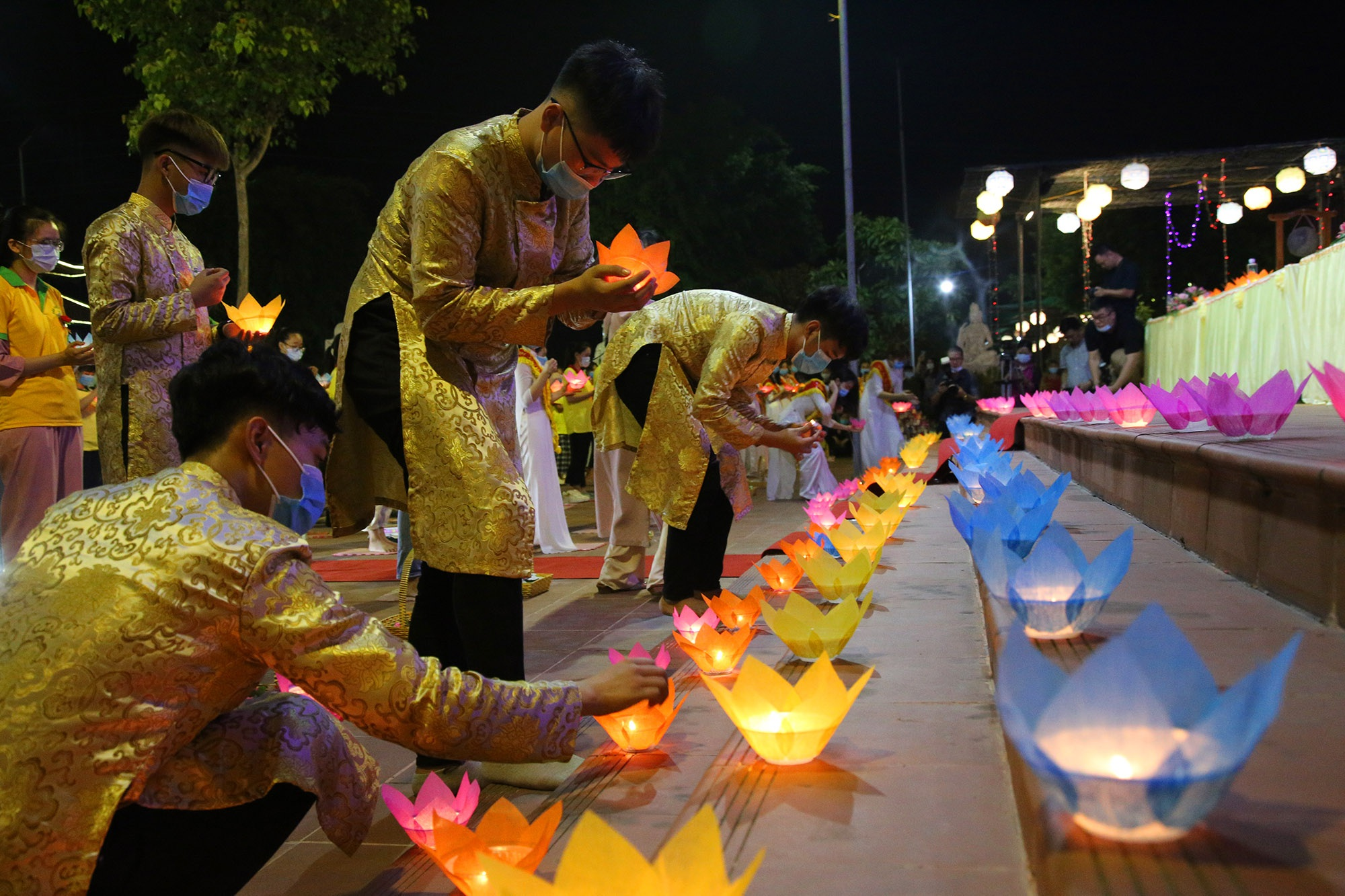 Phật tử đeo khẩu trang làm lễ Vu lan báo hiếu tại chùa Ninh Tảo  - 13