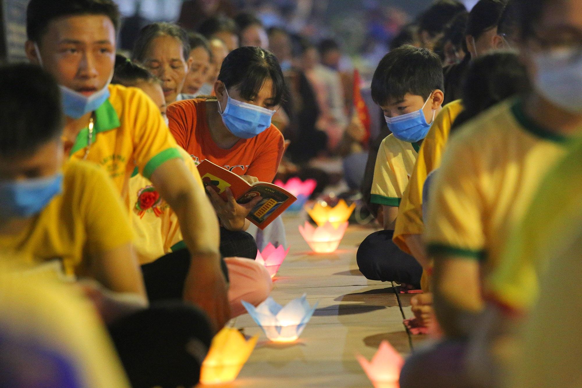Phật tử đeo khẩu trang làm lễ Vu lan báo hiếu tại chùa Ninh Tảo  - 14
