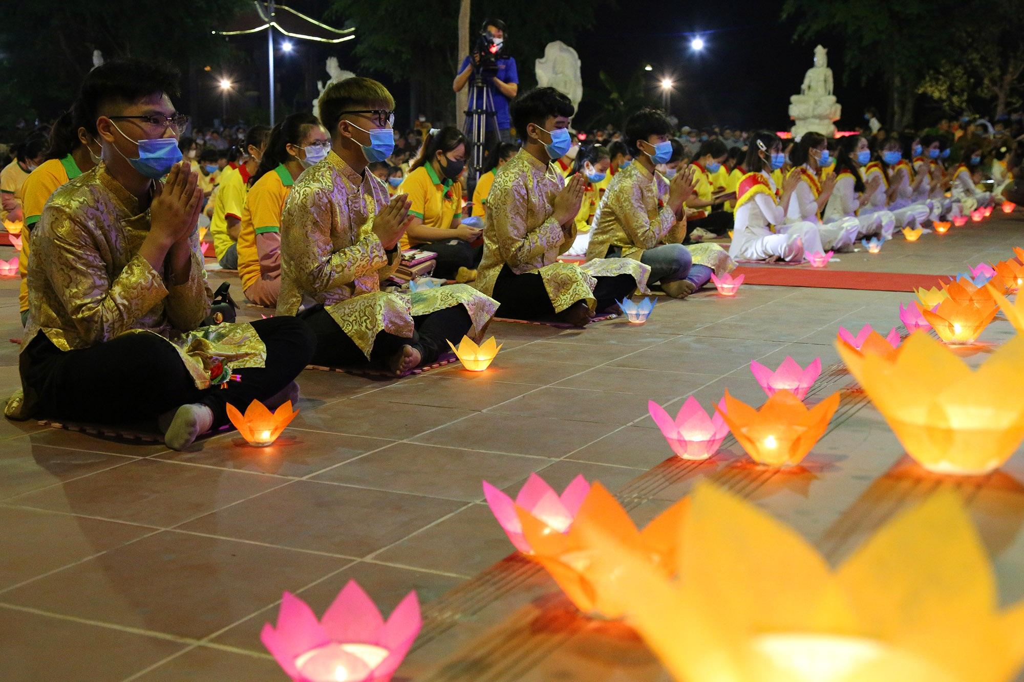Phật tử đeo khẩu trang làm lễ Vu lan báo hiếu tại chùa Ninh Tảo  - 15