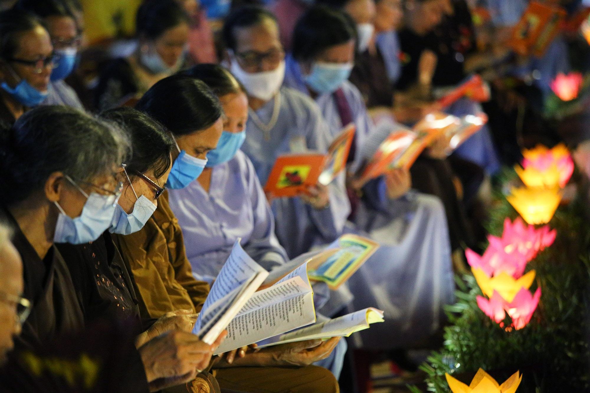 Phật tử đeo khẩu trang làm lễ Vu lan báo hiếu tại chùa Ninh Tảo  - 16