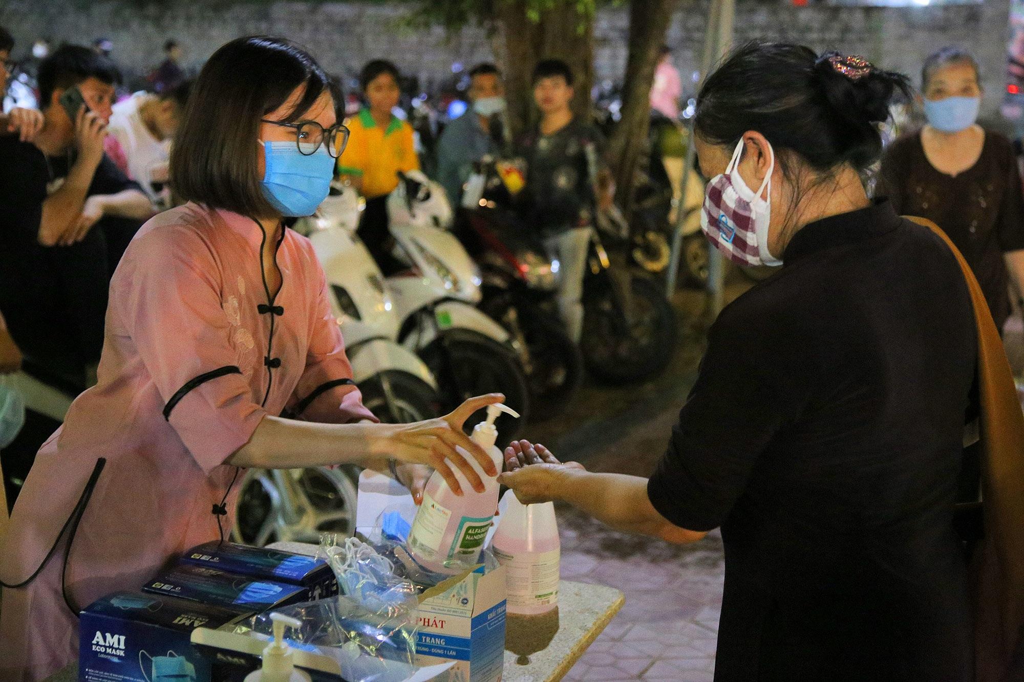 Phật tử đeo khẩu trang làm lễ Vu lan báo hiếu tại chùa Ninh Tảo  - 2