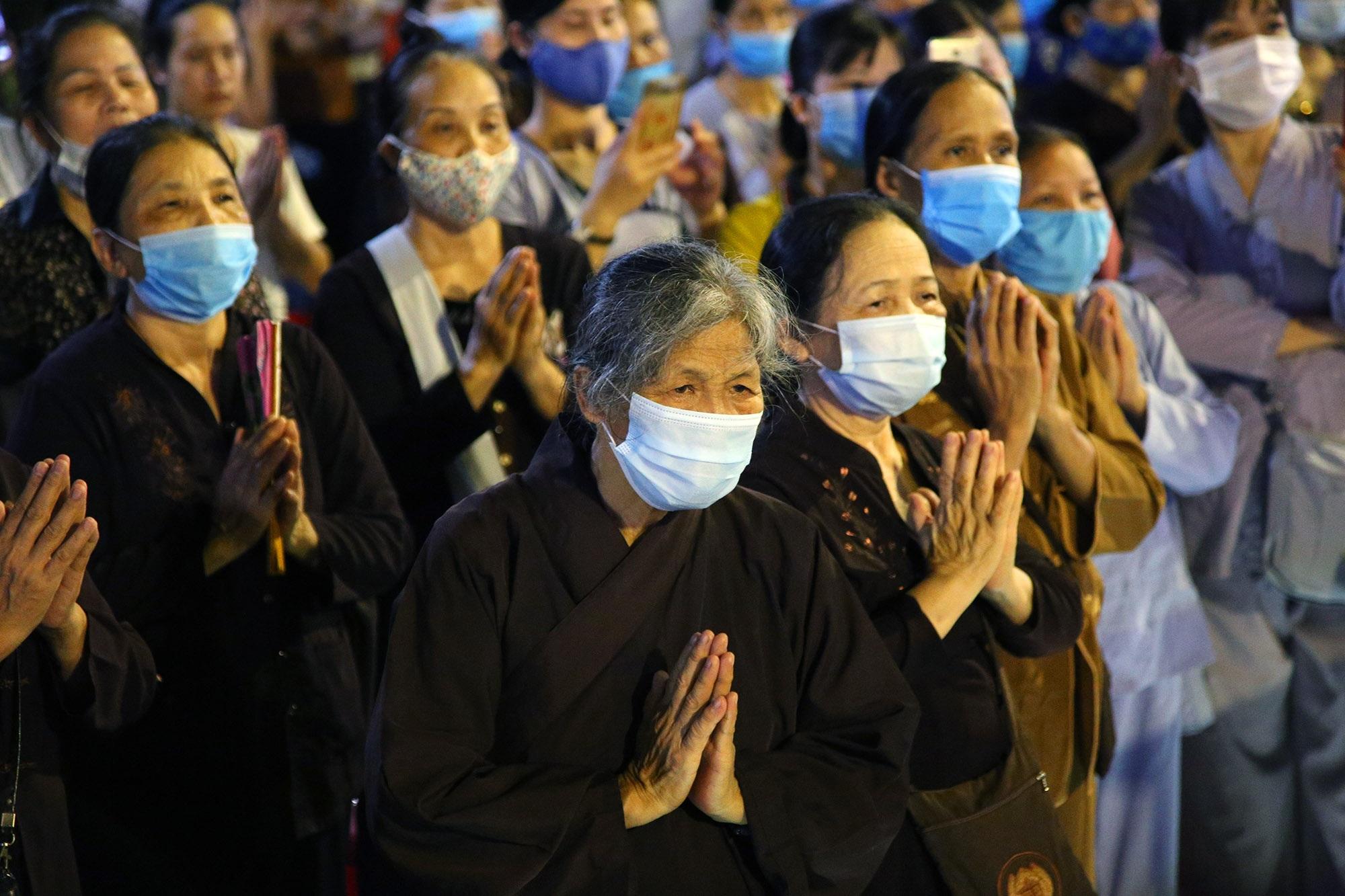 Phật tử đeo khẩu trang làm lễ Vu lan báo hiếu tại chùa Ninh Tảo  - 6