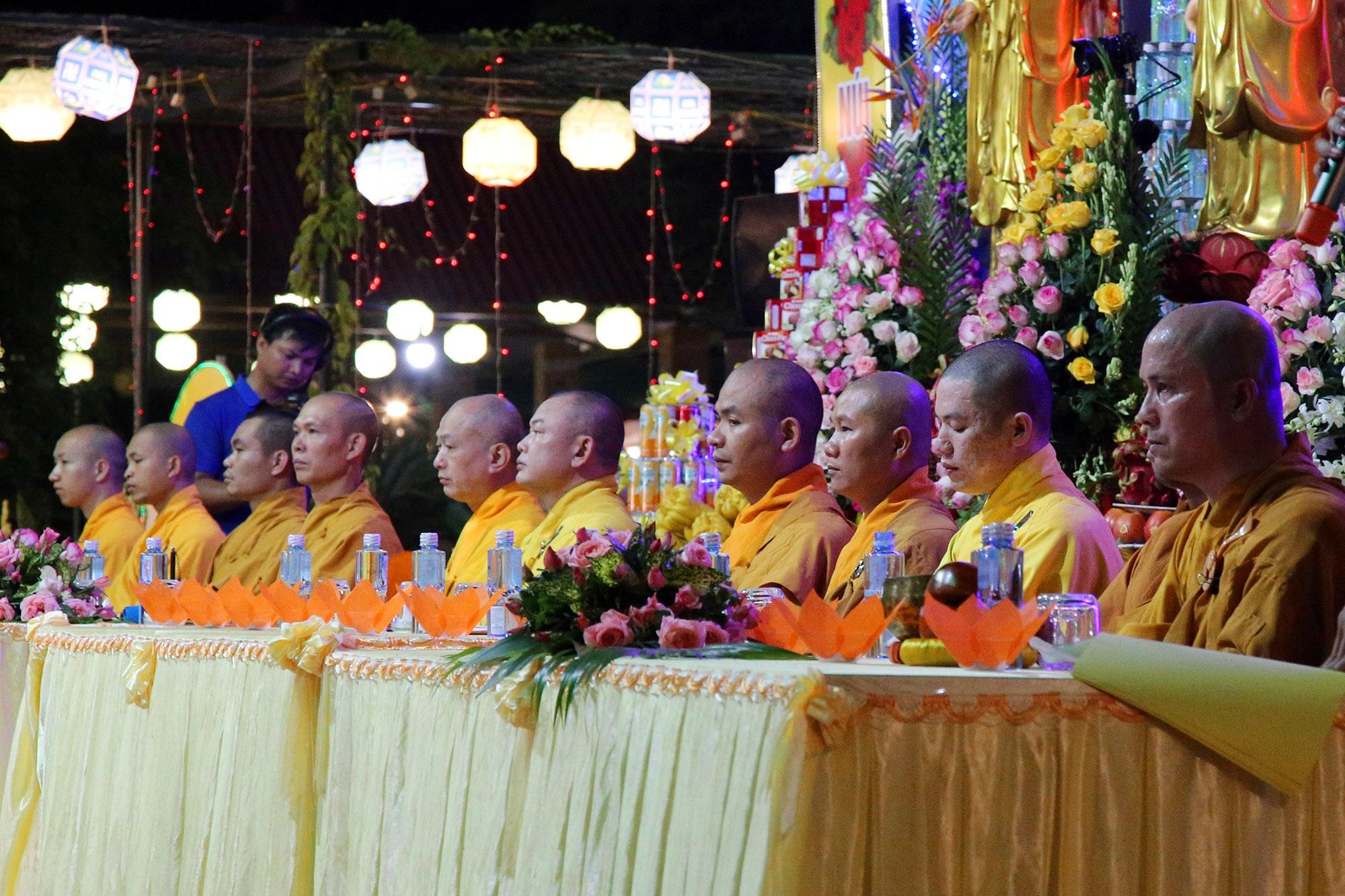 Phật tử đeo khẩu trang làm lễ Vu lan báo hiếu tại chùa Ninh Tảo  - 5