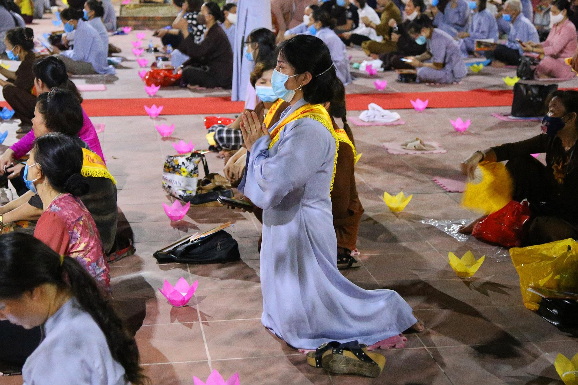 Phật tử đeo khẩu trang làm lễ Vu lan báo hiếu tại chùa Ninh Tảo  - 7